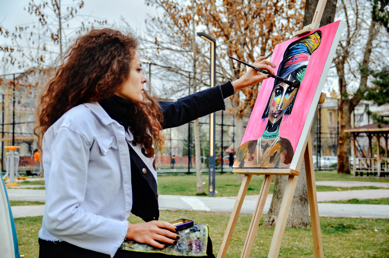 13 Nisan 2021'de Sheema Kayan, Konya'nın merkezindeki bir parkta resim yaptı.