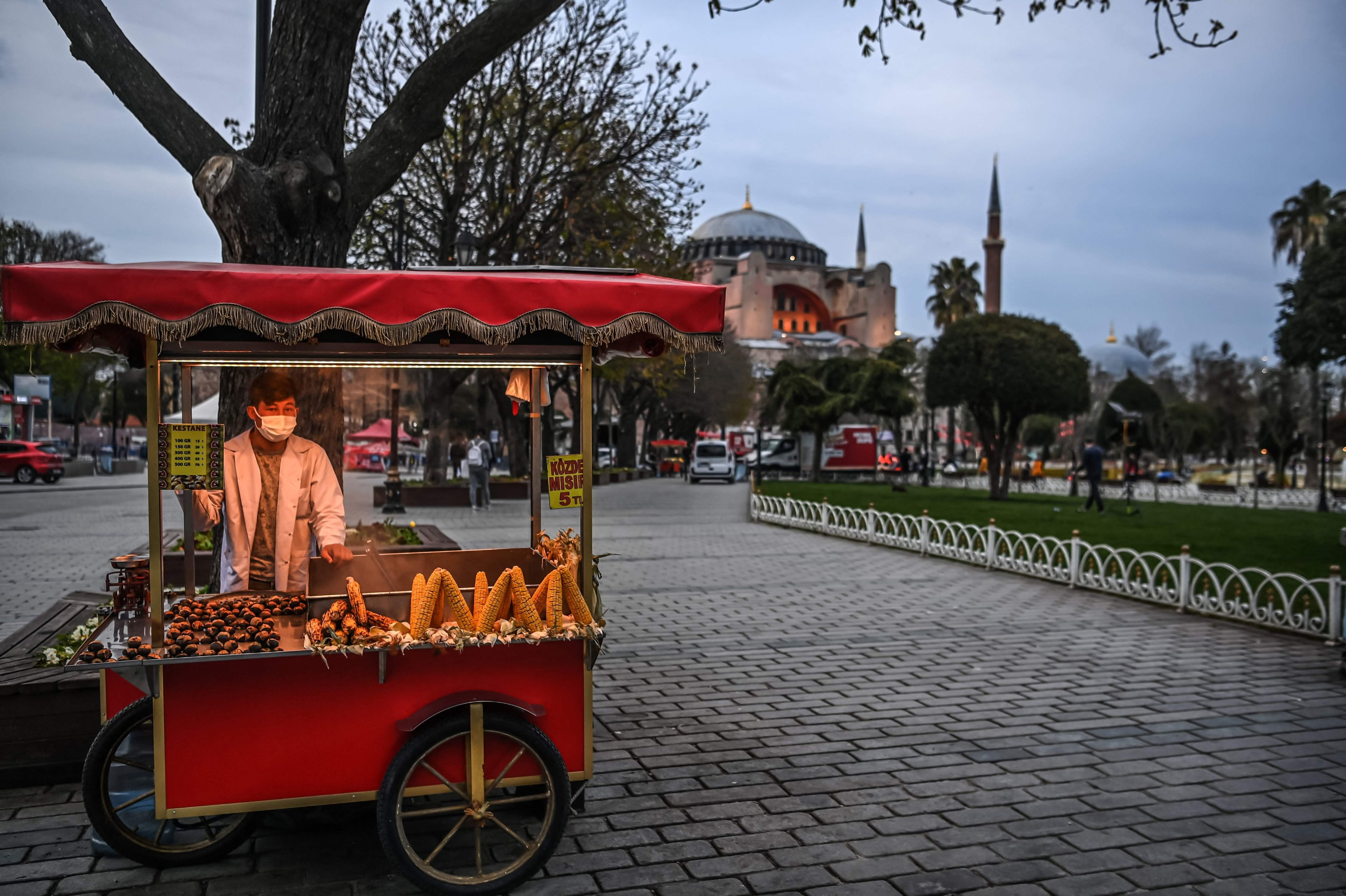 A street vendor sells rice at the Sultanahmet Square, with the Hagia Sophia Grand Mosque in the background, on the first day of the Islamic holy month of Ramadan in Istanbul, Turkey, April 13, 2021. (AFP Photo)
