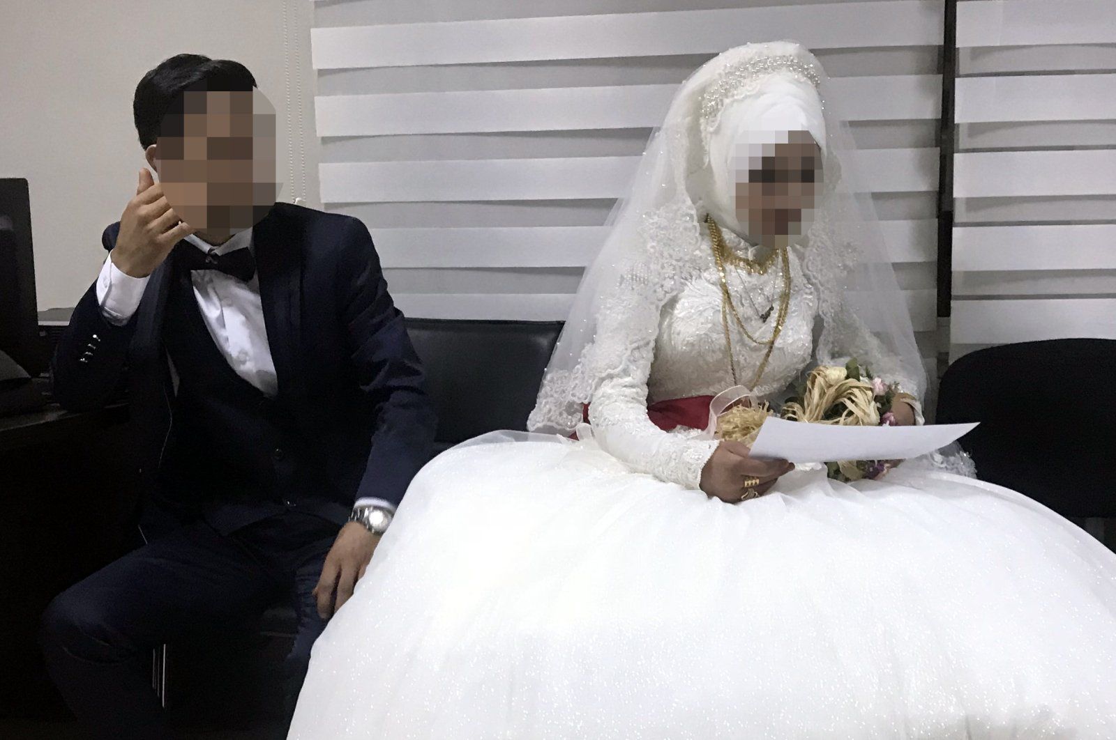A 14-year-old girl's wedding to an older man (L) was halted by police, in Diyarbakır, southeastern Turkey, Sept. 7, 2018. (AA PHOTO)