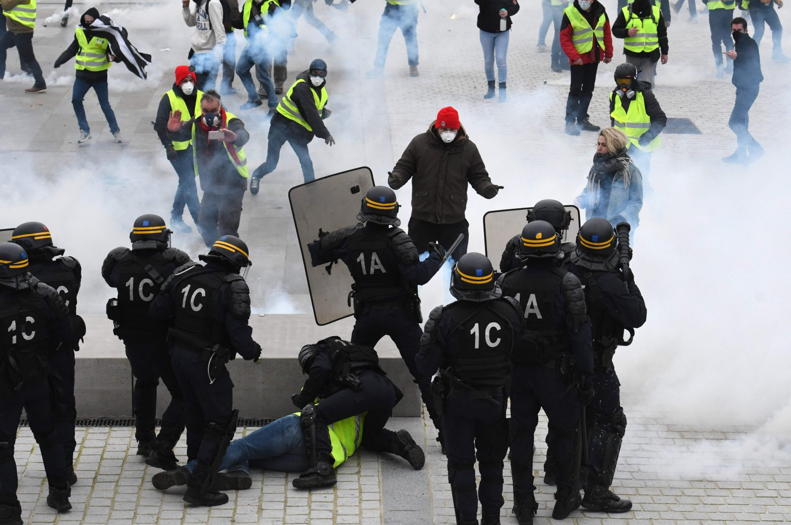 Protesters clash with riot police during anti-government demonstrations called by the Yellow Vests, Lorient, France, Feb. 9, 2019. (AFP Photo)