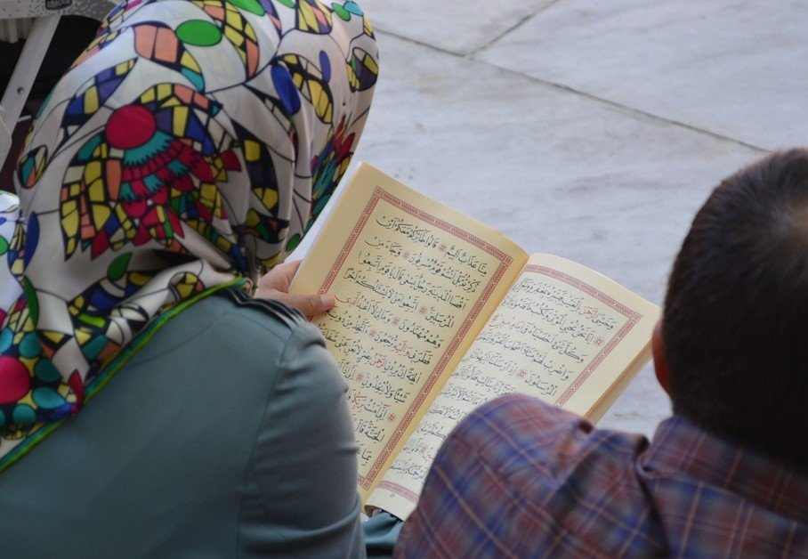 A woman reads the 'Yasin' from the Quran at Eyüp Sultan, Istanbul. (Photo by Linda Hyökki)