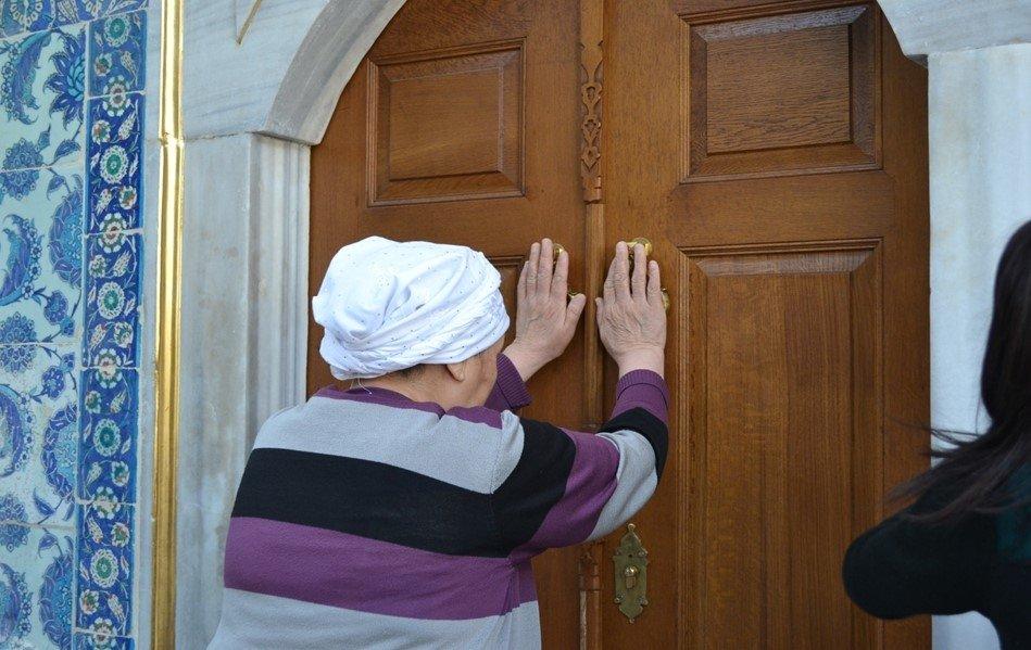 A woman touches the door of the Abu Ayyub al-Ansari shrine and prays. (Photo by Linda Hyökki)