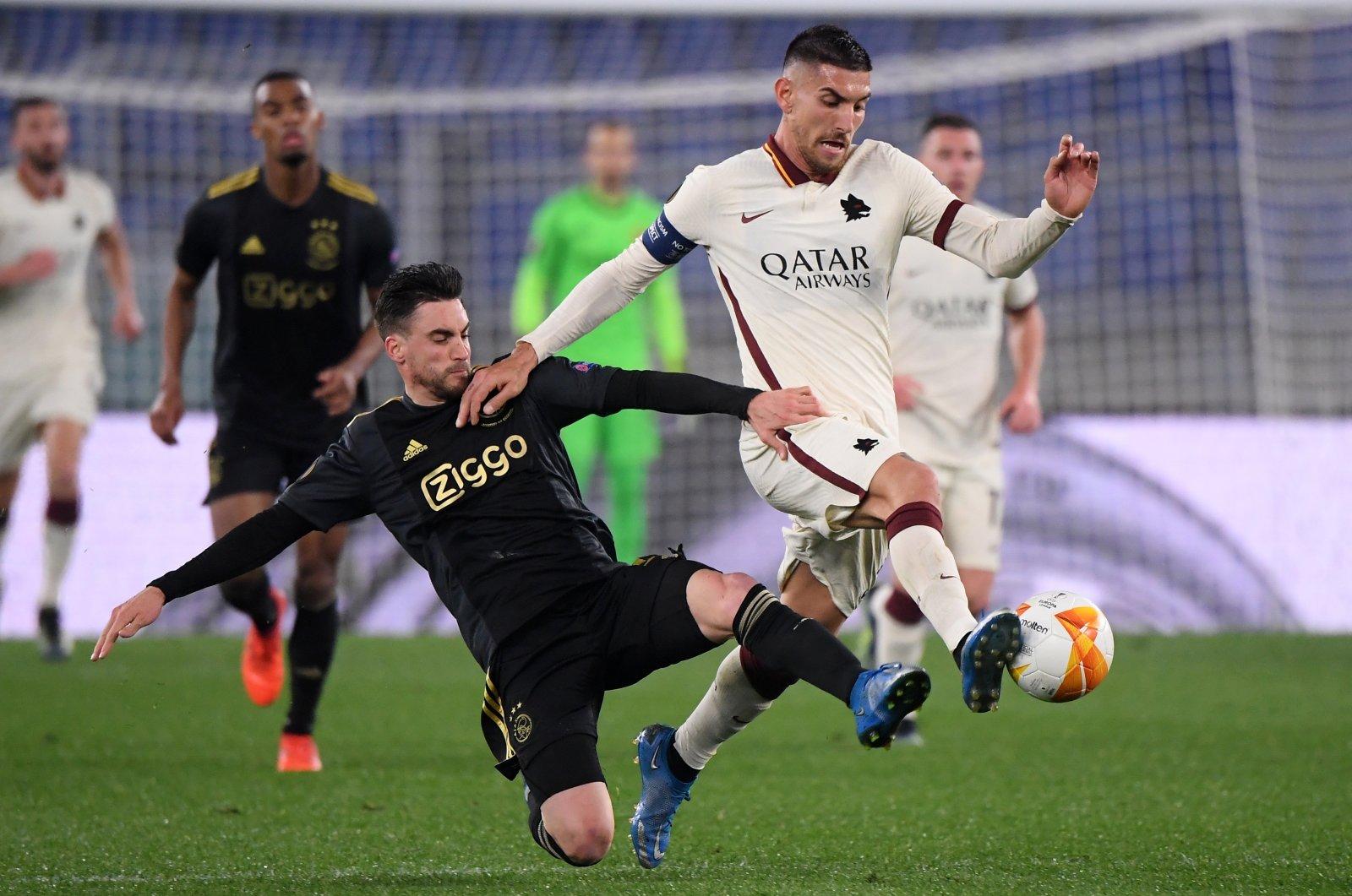 Ajax Amsterdam's Lisandro Martinez (L) in action against AS Roma's Lorenzo Pellegrini at Stadio Olimpico, Rome, Italy, April 15, 2021. (Reuters Photo)