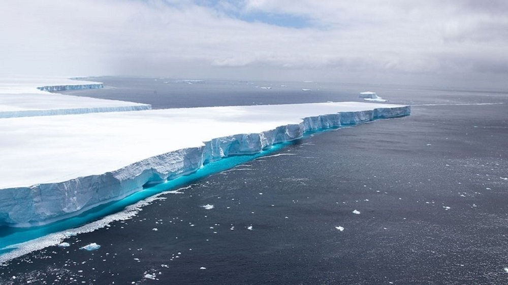 File photo shows a part of A68 iceberg before it melted. (DHA Photo)