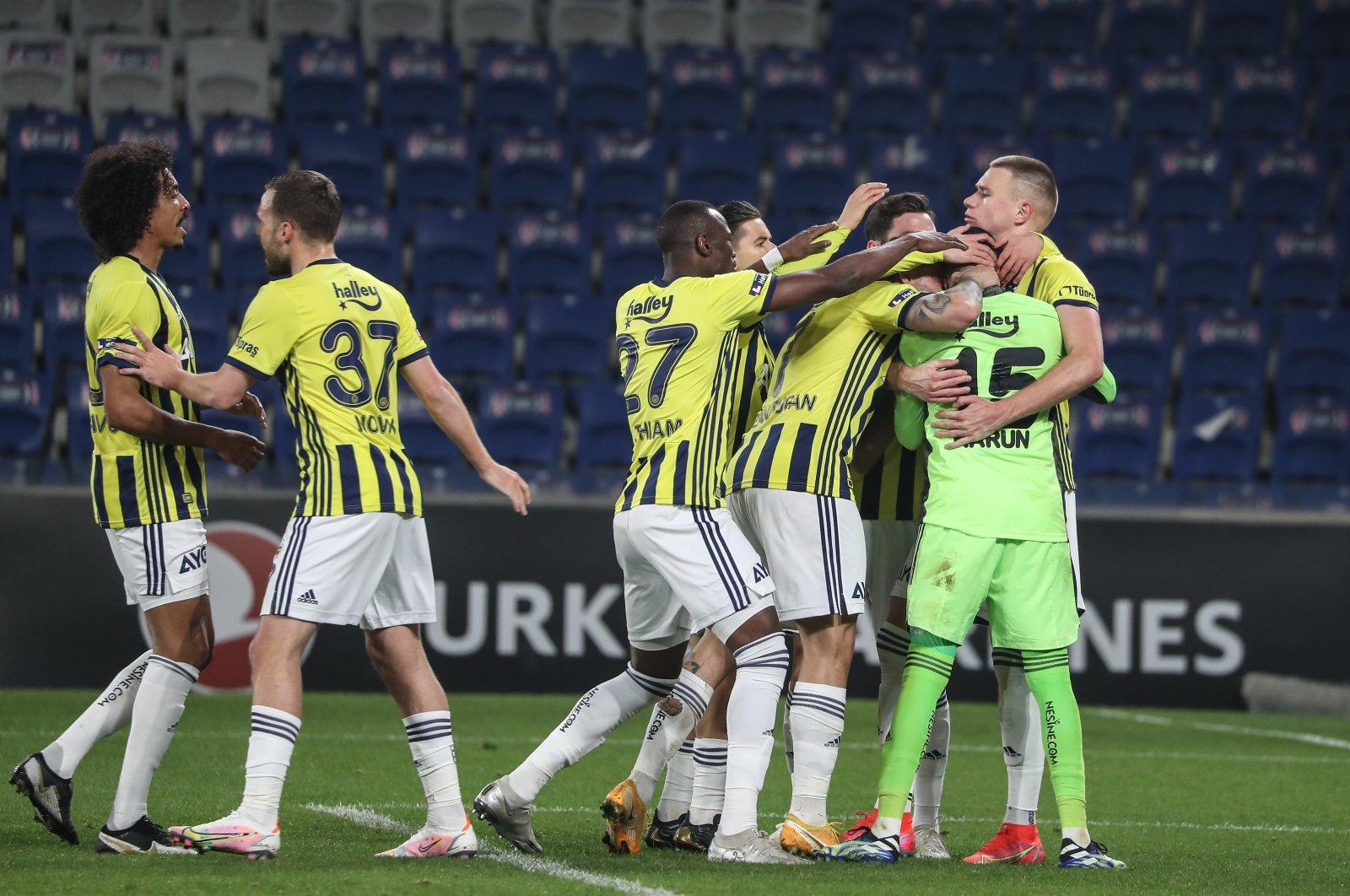 Photo shows Fenerbahçe players during the Fenerbahçe-Başakşehir game in Istanbul, Turkey, April 18, 2021. (DHA Photo)