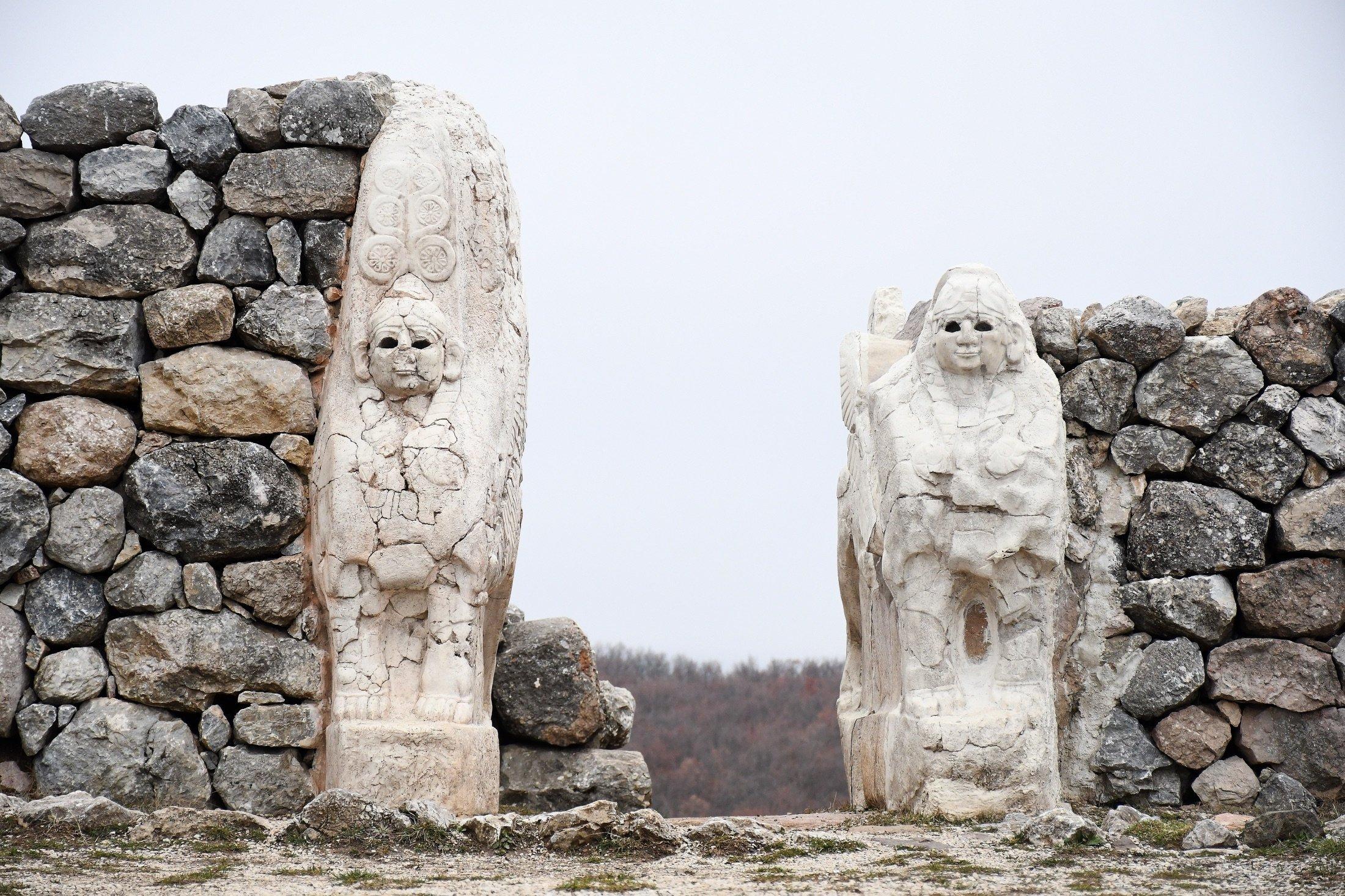 Borascale Müzesi girişinde, Türkiye'nin kıyısındaki Hattuşaş antik kentinden özel bir heykel olan Antik Hitus Sfenksi, 19 Nisan 2021, (AA fotoğrafı)
