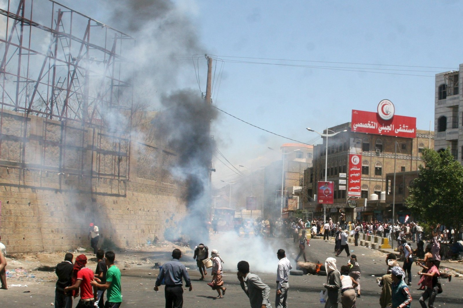 Anti-Houthi protesters demonstrate in Yemen's southwestern city of Taiz, March 22, 2015. (Reuters Photo)
