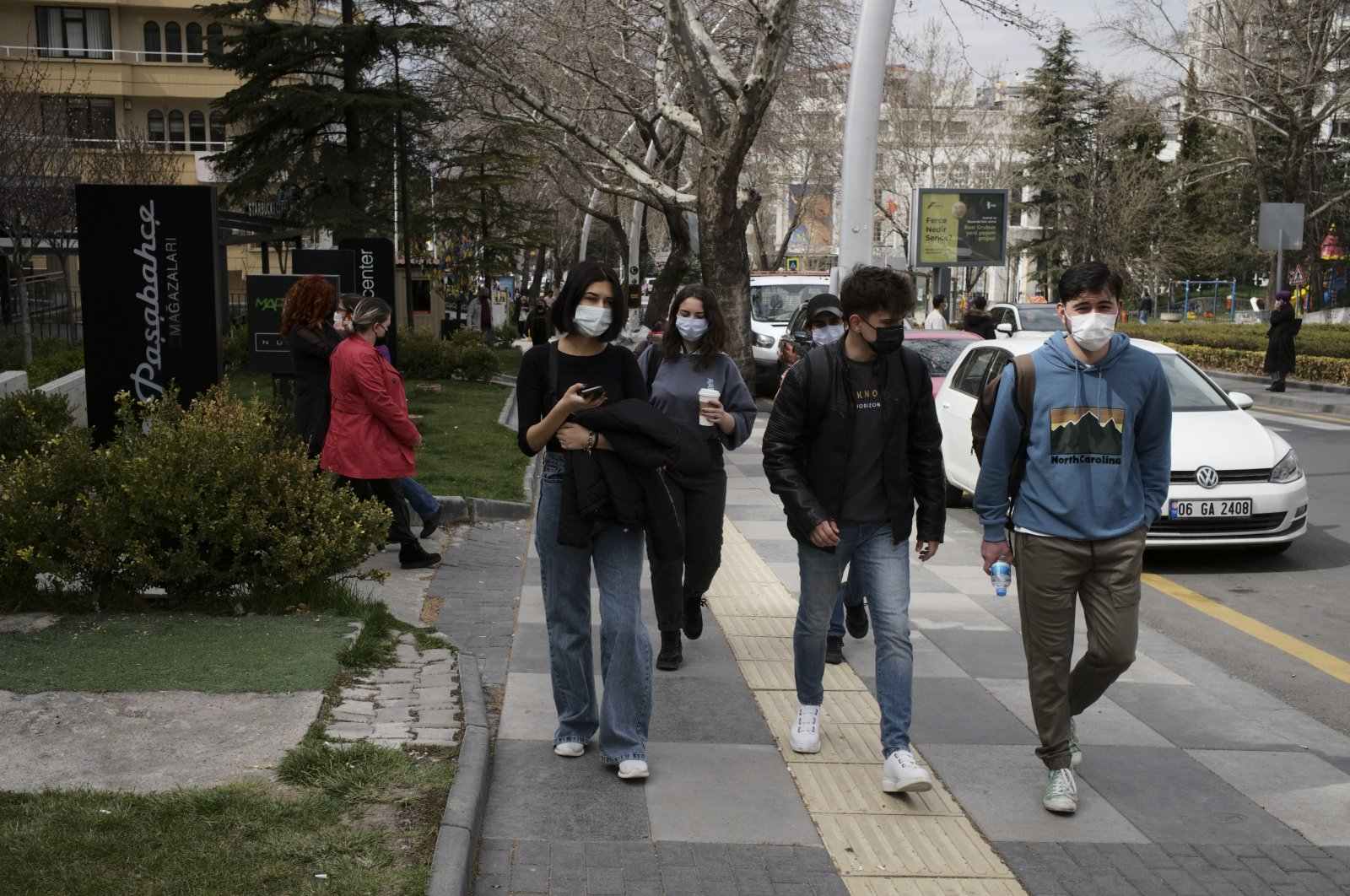 People wearing protective masks walk on a street in the capital Ankara, Turkey, April 16, 2021. (AP PHOTO)