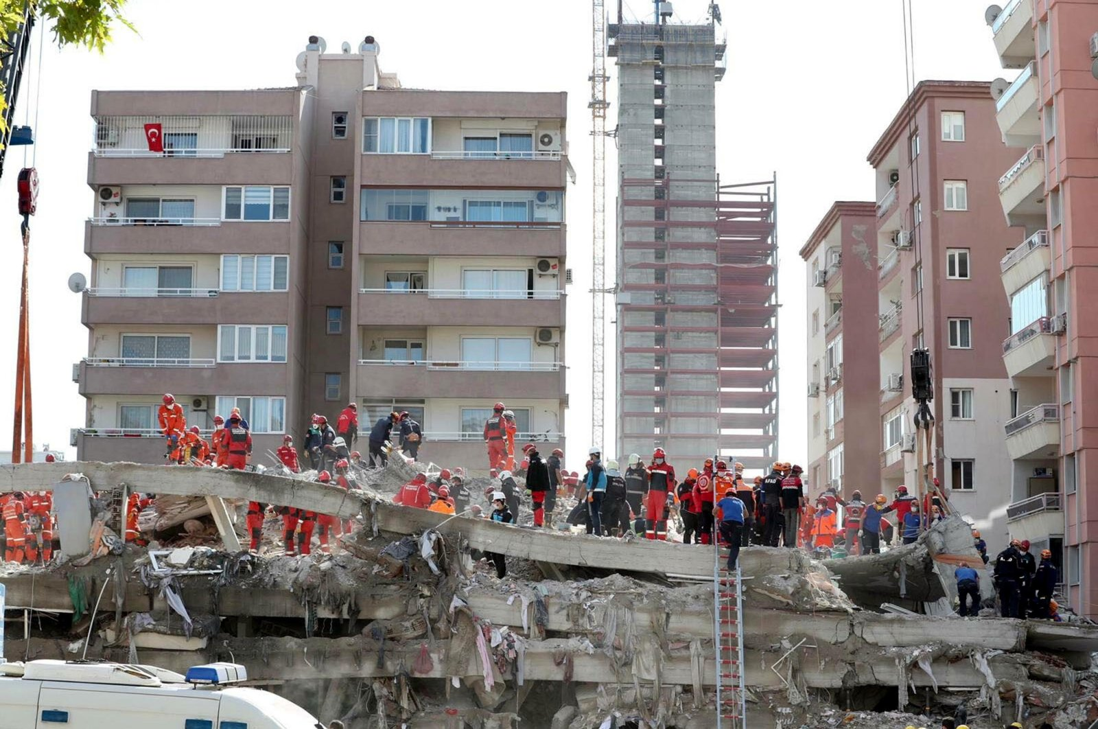 Search and rescue crews comb the rubble of a building after an earthquake, in Izmir, western Turkey, Oct. 30, 2020. (DHA PHOTO)