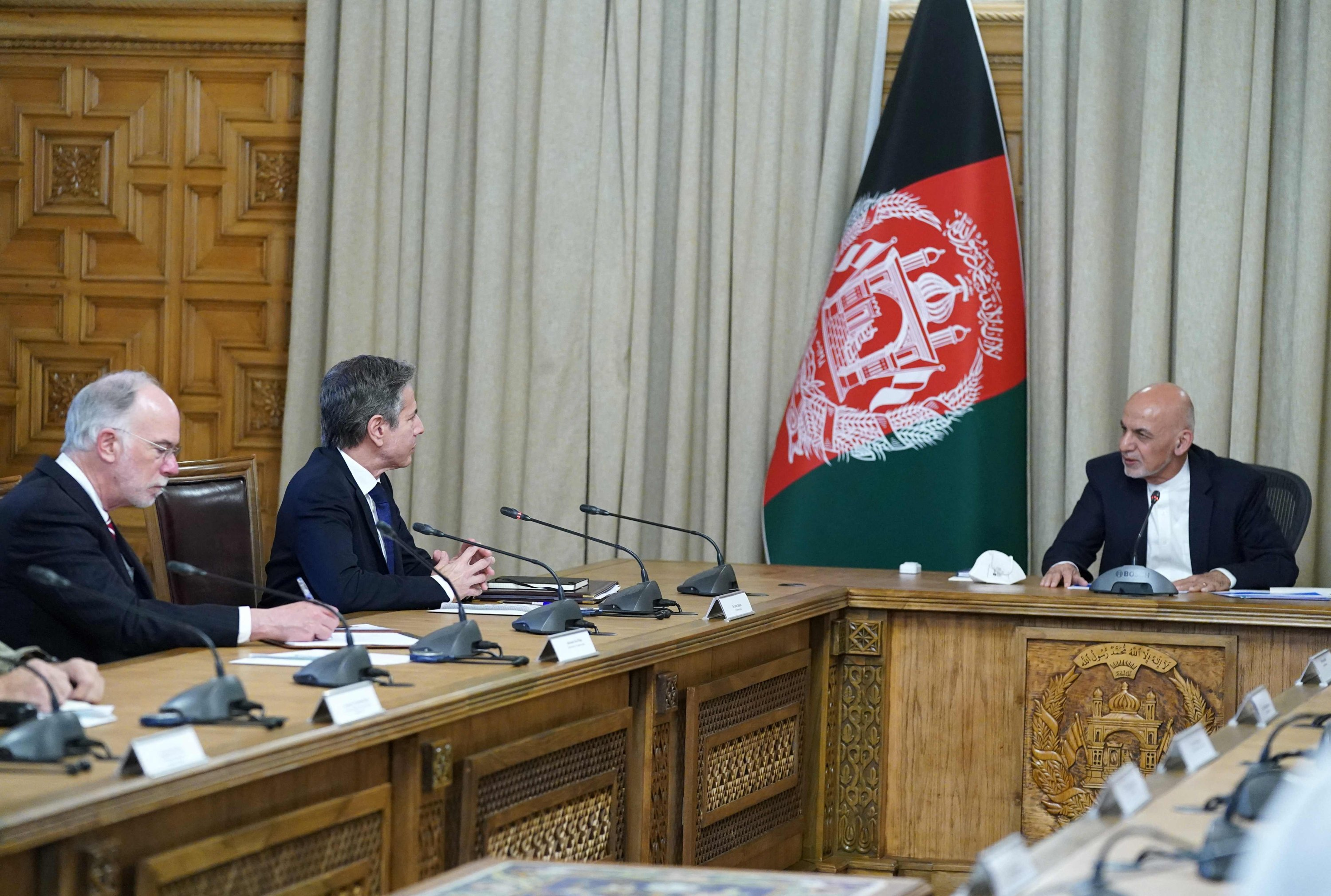 This photo released by the Press office of the president of Afghanistan shows U.S Secretary Antony Blinken (2L) with Afghan President Ashraf Ghani (R), in Kabul, Afghanistan, April 15, 2021 (Afghan Presidential Palace/AFP Photo)