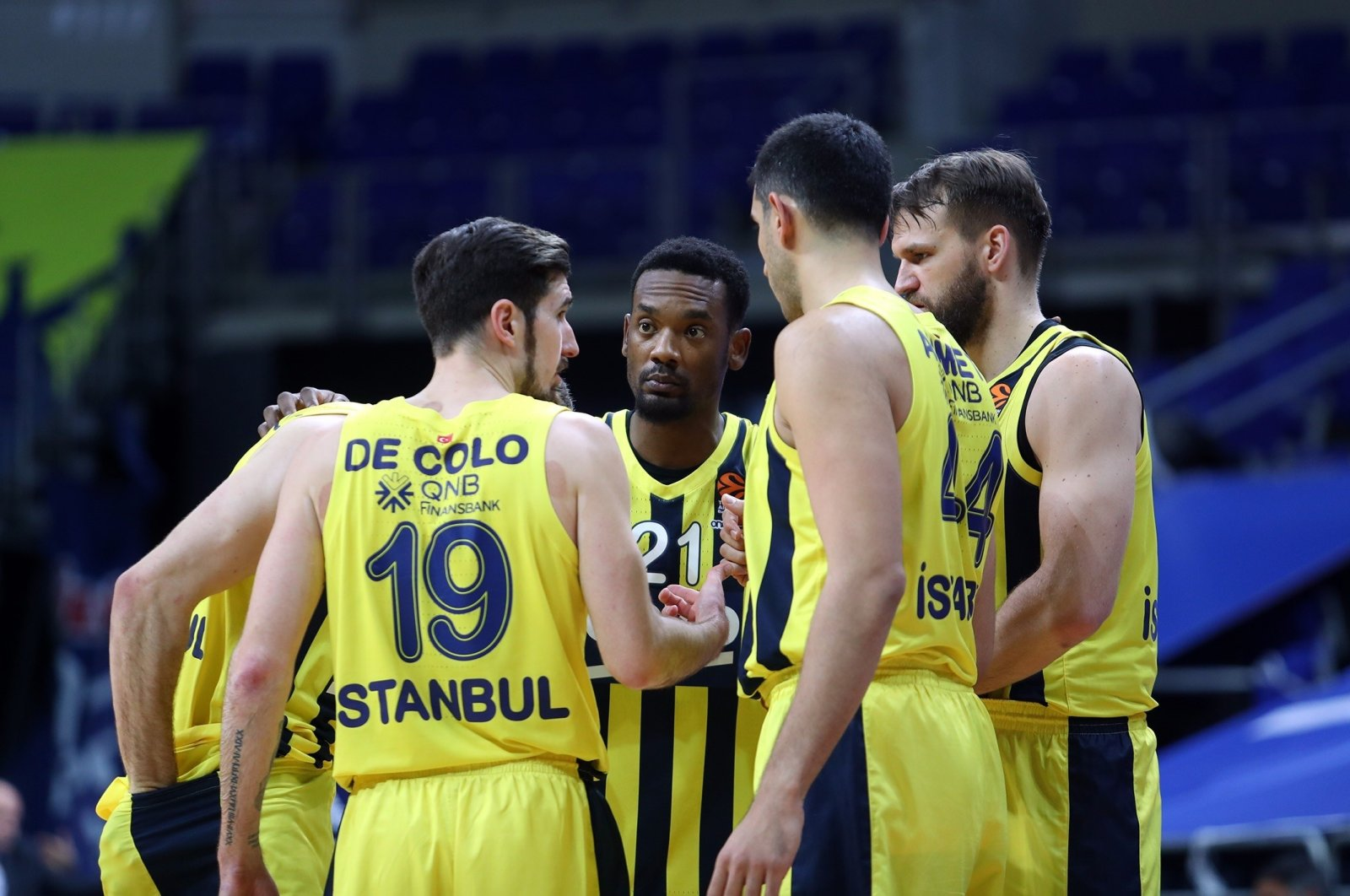 Fenerbahçe players discuss the game plan during their THY EuroLeague regular season match against Real Madrid, Istanbul, Turkey, April 8, 2021. (IHA Photo)