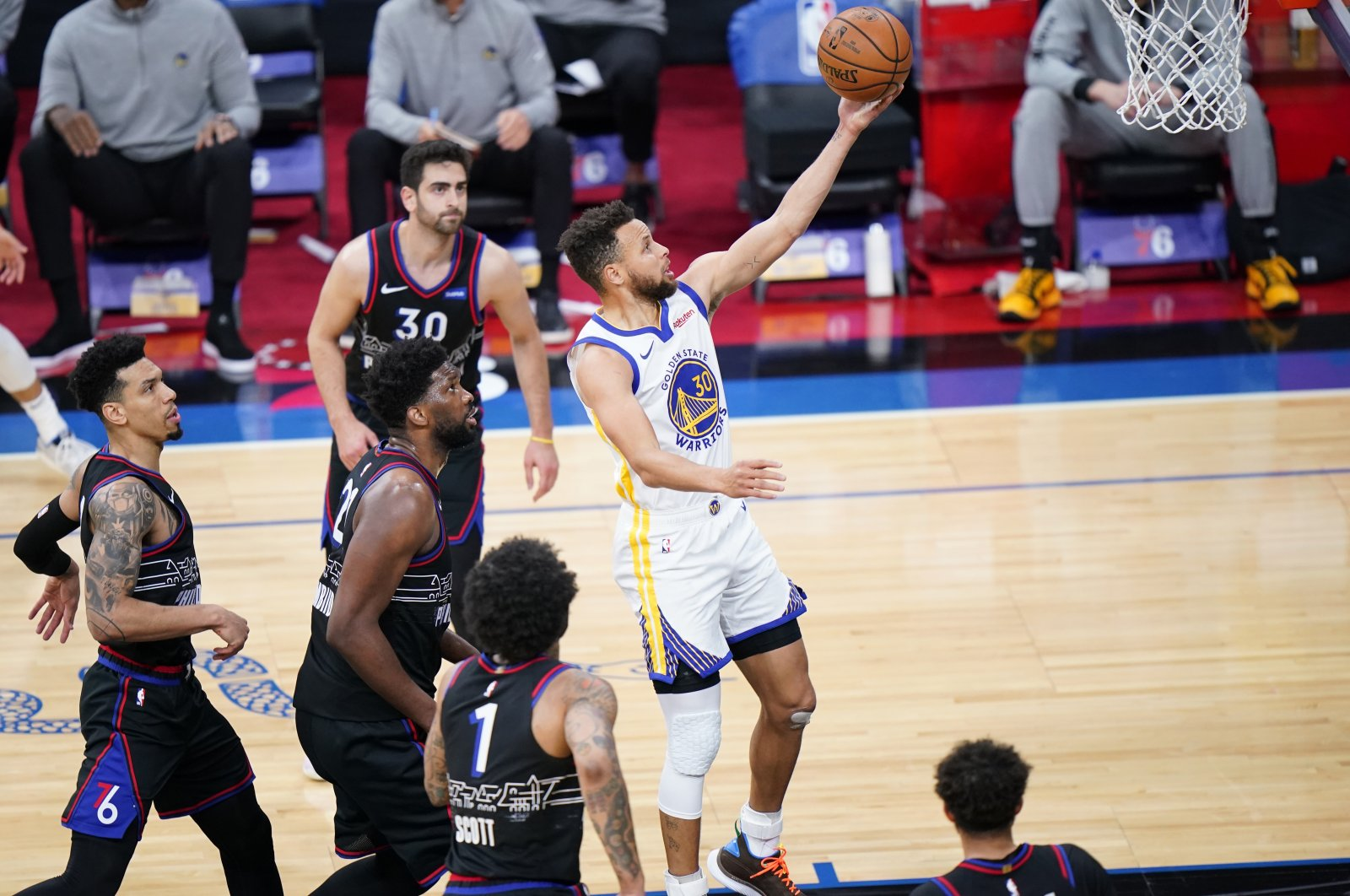 Golden State Warriors' Stephen Curry (R) goes for a shot during the first half of an NBA basketball game against the Philadelphia 76ers, Philadelphia, the U.S., April 19, 2021. (AP Photo)
