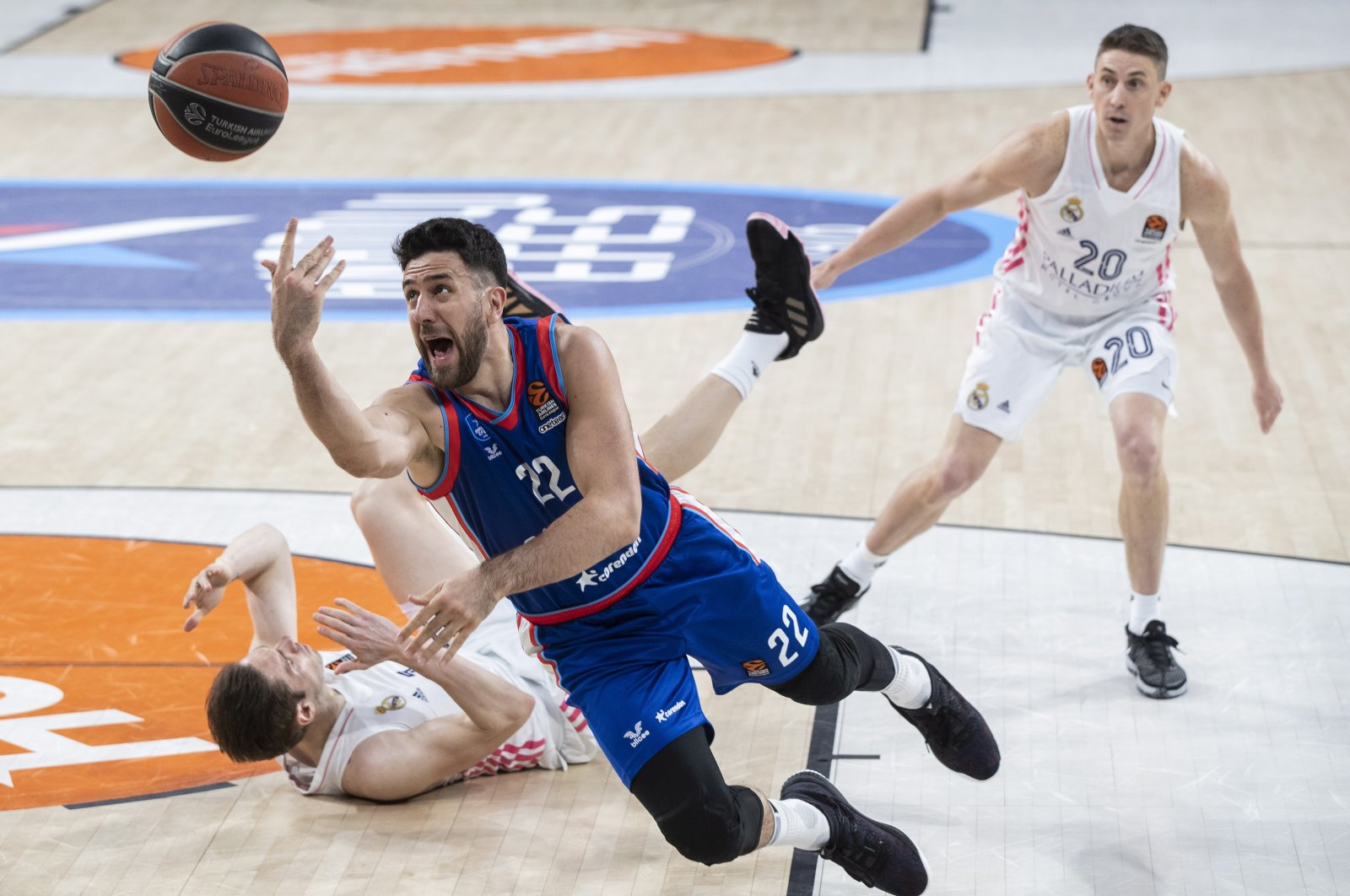 Anadolu Efes' Vasilije Micic (C) in action against Real Madrid's Jaycee Carroll (R) during a THY EuroLeague basketball match in Istanbul, Turkey, April 20, 2021. (EPA Photo)