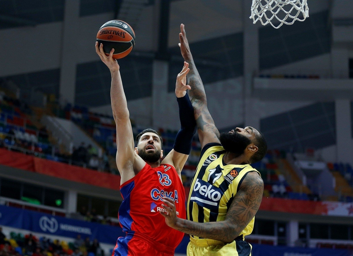 CSKA Moscow's Tornike Shengelia tries to score past and Fenerbahçe's Kyle O'Quinn in their THY EuroLeague Playoff Game 1 at the Megasport Arena, Moscow, Russia, April 21, 2021. (IHA Photo)