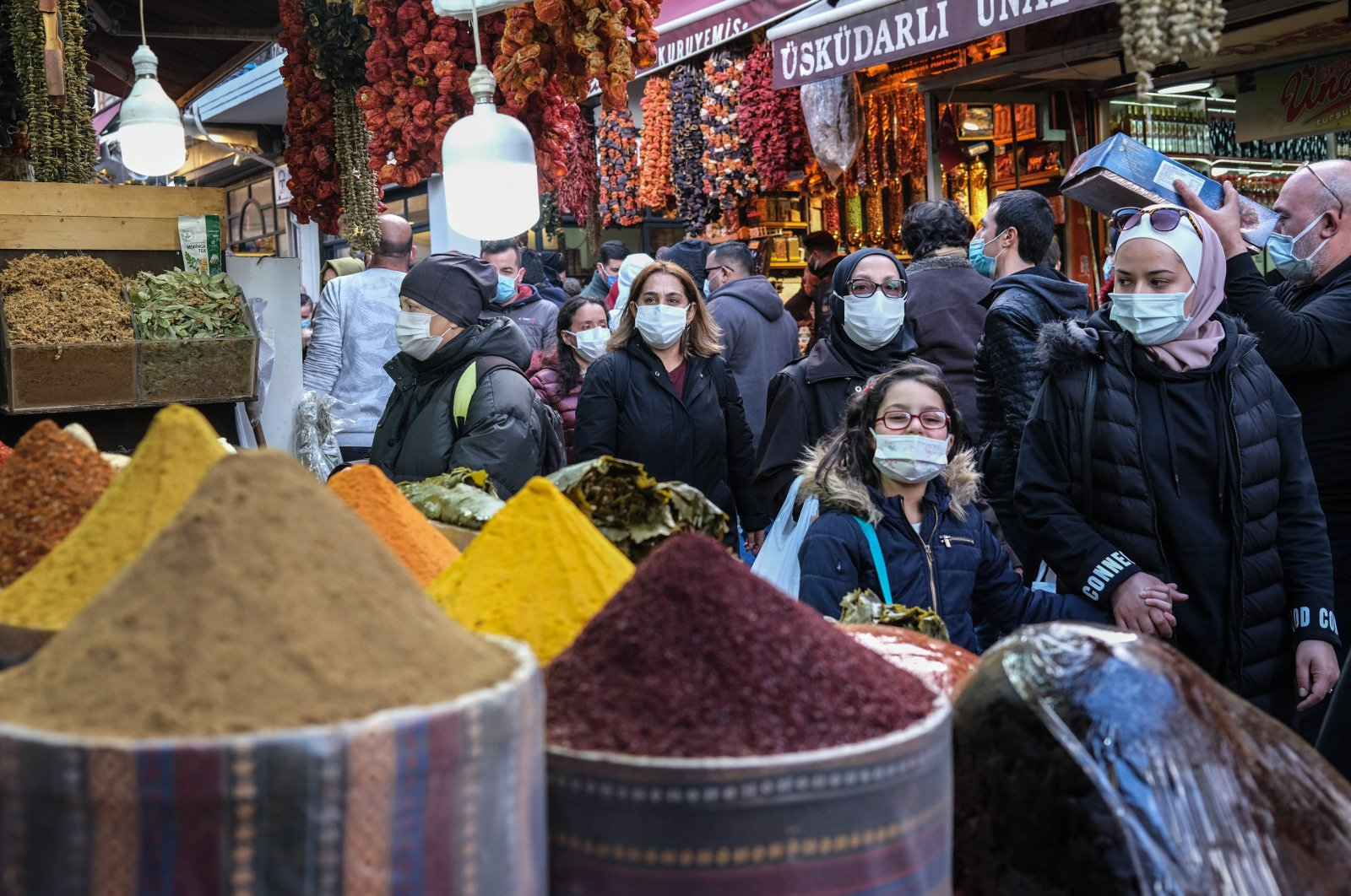 People wearing face masks shop for the upcoming Muslim holy month of Ramadan at the Eminönü local bazaar in Istanbul, Turkey, April 9, 2021. (EPA Photo)
