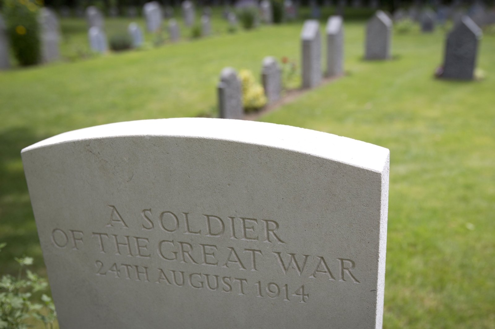The grave of an unknown Commonwealth soldier from World War I in the foreground and German soldiers' graves in the background, at the St. Symphorien Cemetery near Mons, Belgium, July 26, 2014. (AFP Photo)