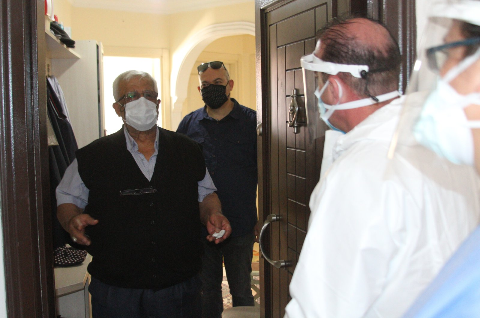 """The """"persuasion"""" crew talks to Şaban Ertekin who at first refused to get his jab, in Antalya, southern Turkey, April 22, 2021. (İHA PHOTO)"""