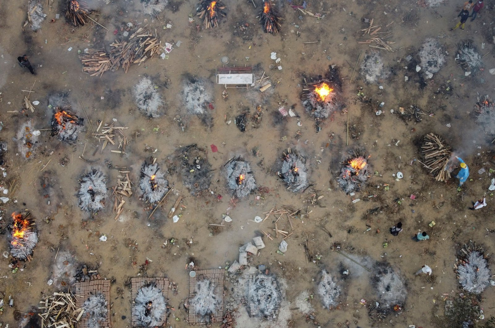 A mass cremation of victims who died due to the coronavirus is seen at a crematorium ground in New Delhi, India, April 22, 2021. (Reuters / Danish Siddiqui Photo)