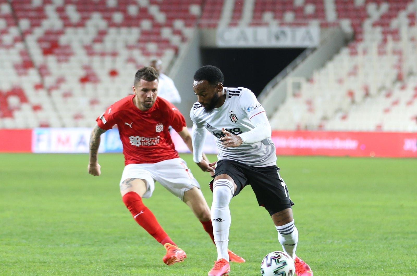 Sivasspor's Claudemir de Souza (L) and Beşiktaş's Kevin N'Koudou vie for the ball during a Süper Lig match at the Yeni 4 Eylül Stadium in Sivas, Turkey, April 20, 2021. (AA Photo)