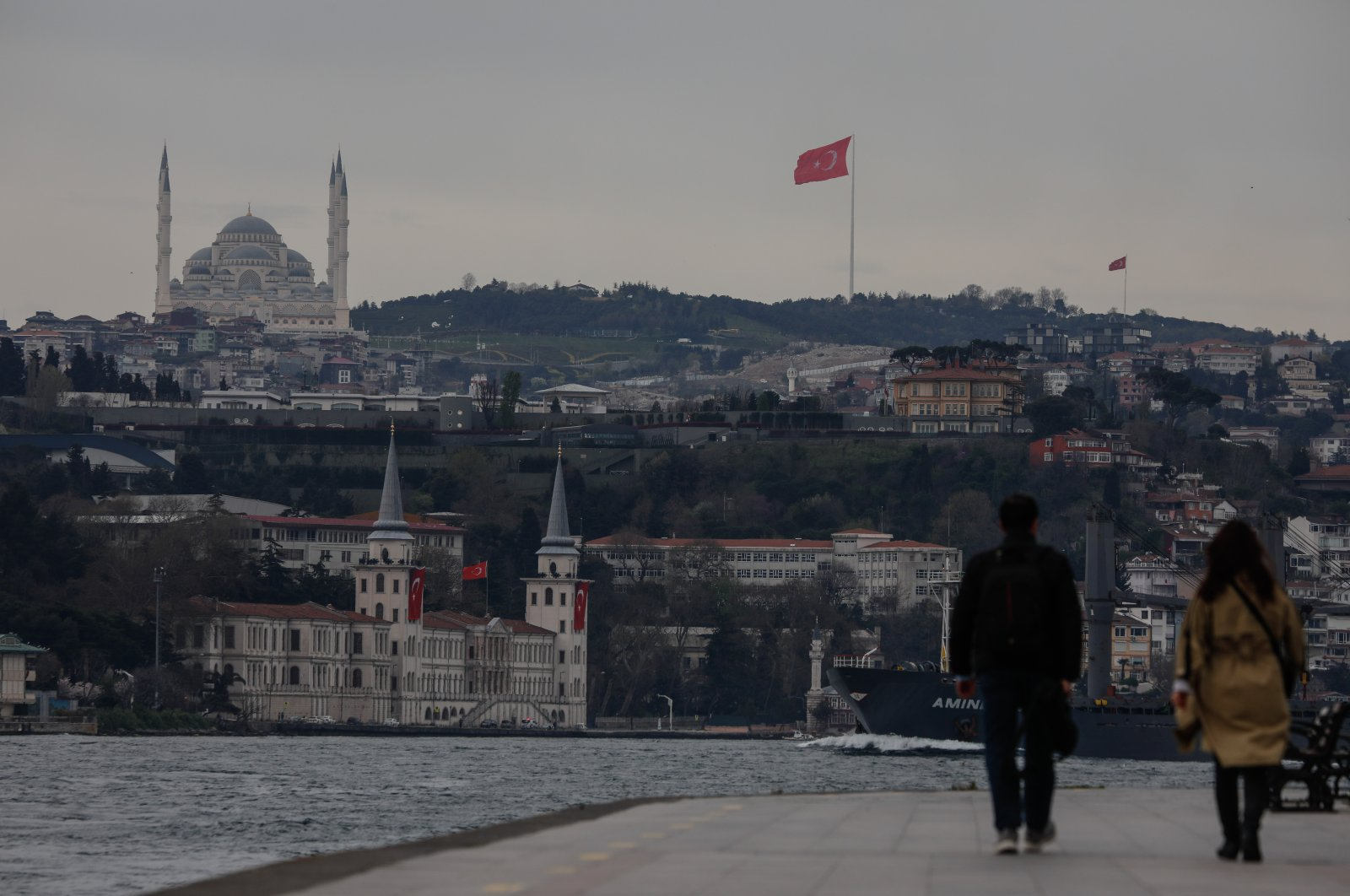 People are seen walking along the Bosporus in Istanbul, Turkey, April 22, 2021. (DHA Photo)