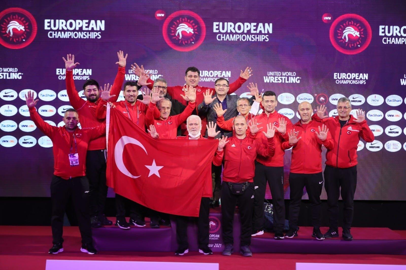 Rıza Kayaalp i delegacja turecka świętują po dziesiątym tytule europejskim w Warszawie, 24 kwietnia 2021 r. (Zdjęcie AA)