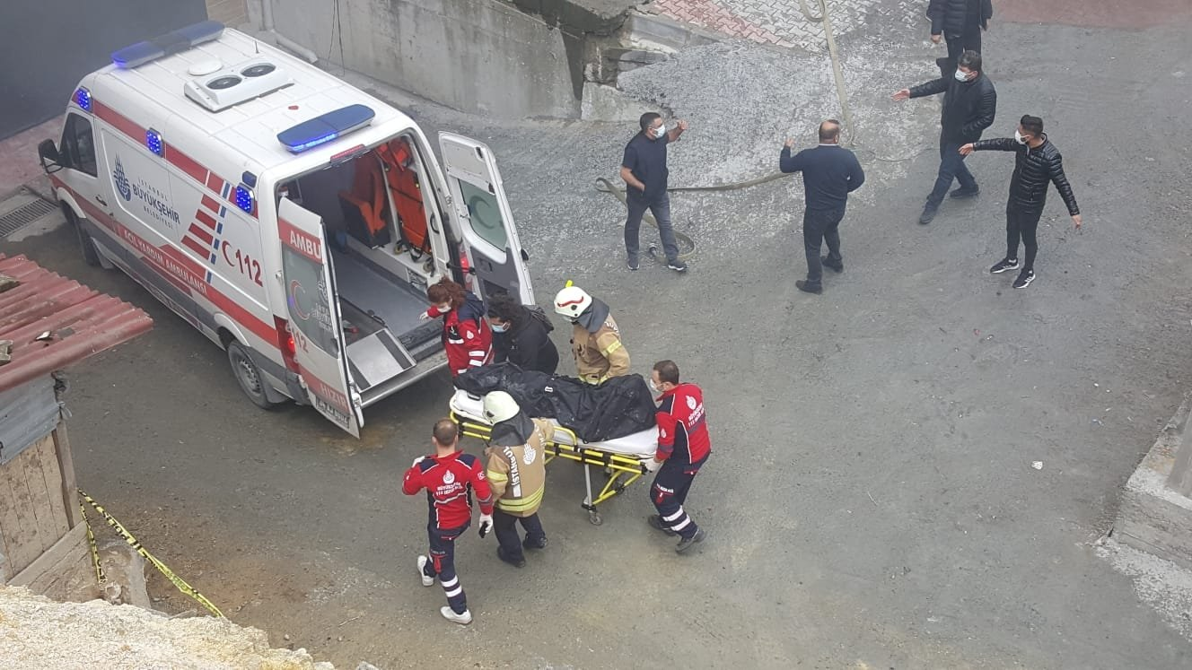 The body of a victim being taken to an ambulance, in Istanbul, Turkey, April 25, 2021. (AA PHOTO)