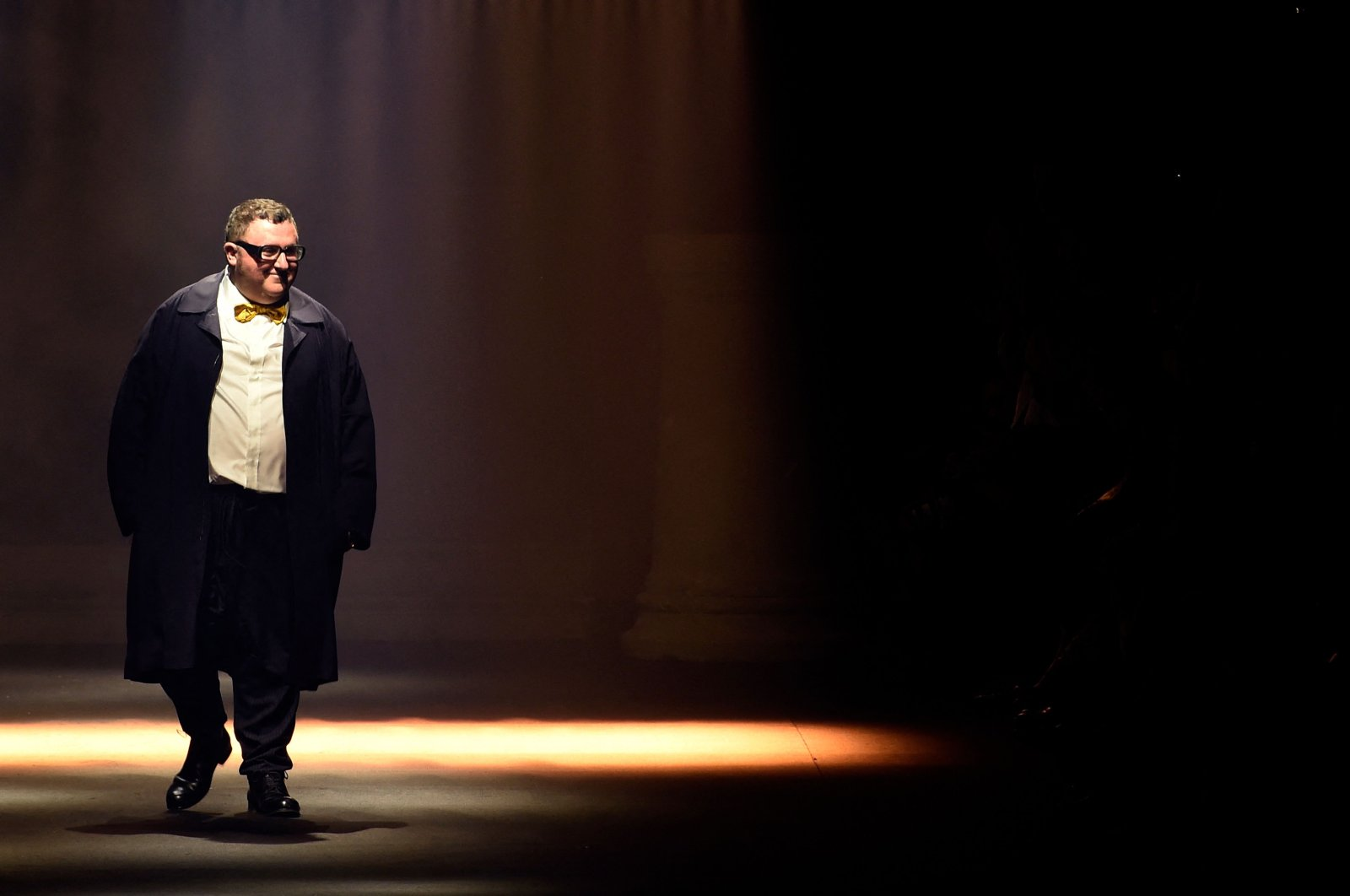 Moroccan-born Israeli designer Alber Elbaz acknowledges the public at the end of Lanvin's 2016 Spring/Summer ready-to-wear collection fashion show in Paris, France, Oct. 1, 2015. (AFP Photo)