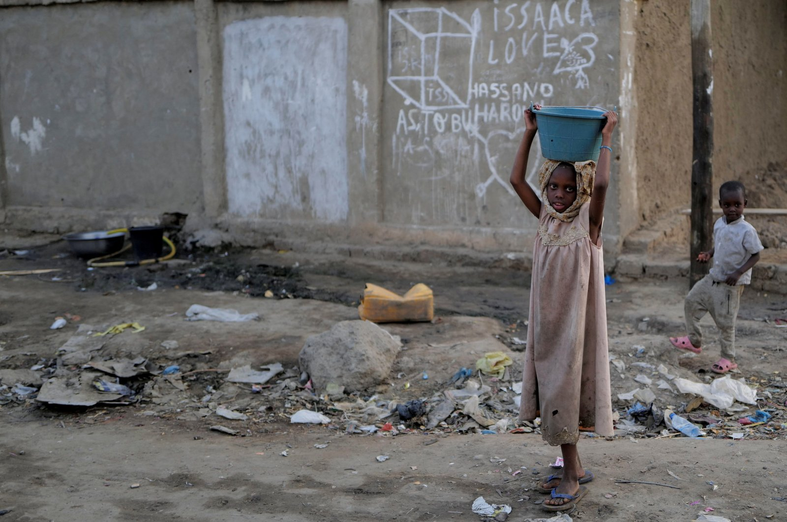 A girl carries a basin in a poor neighbourhood in N'djamena, Chad, April 25, 2021. (REUTERS Photo)