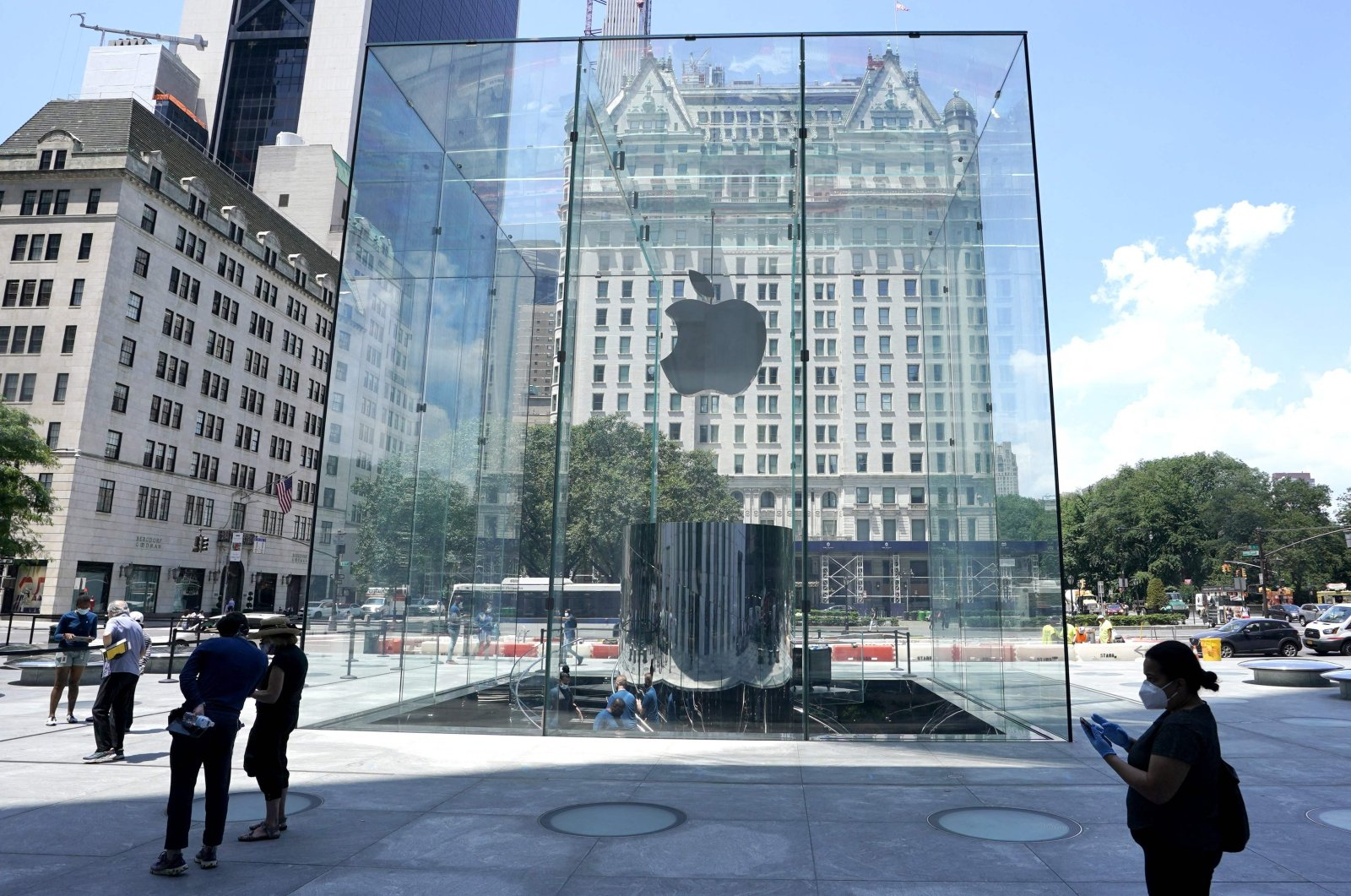 People pass by the Apple store on Fifth Avenue in New York City, the U.S., June 22, 2020. (AFP Photo)