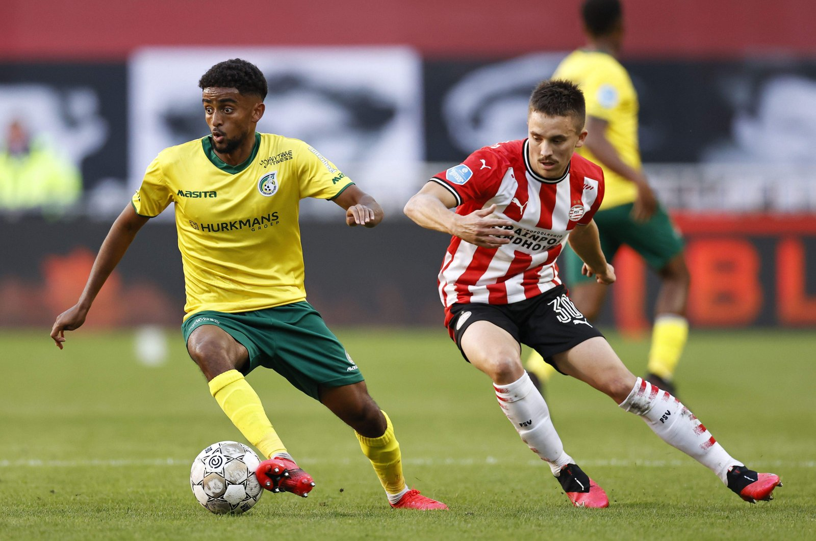 Sittard's Swedish midfielder Tesfaldet Tekie (L) fights for the ball with PSV's Neo Zealander midfielder Ryan Thomas during the Dutch Eredivisie football match between PSV Eindhoven and Acun Ilıcalı's former club, Fortuna Sittard, at the Phillips stadium in Eindhoven, Holland, on October 4, 2020. (AFP File Photo)