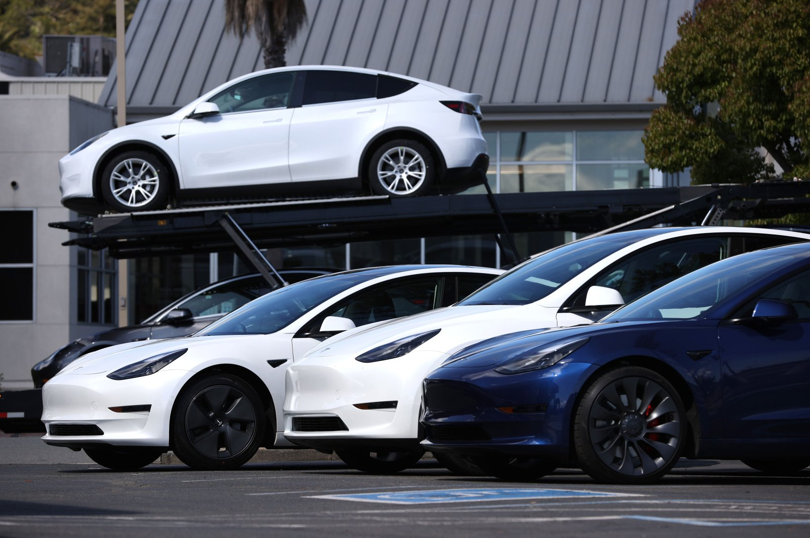 Brand new Tesla cars sit in front of a Tesla dealership in Corte Madera, California, U.S., April 26, 2021. (AFP Photo)