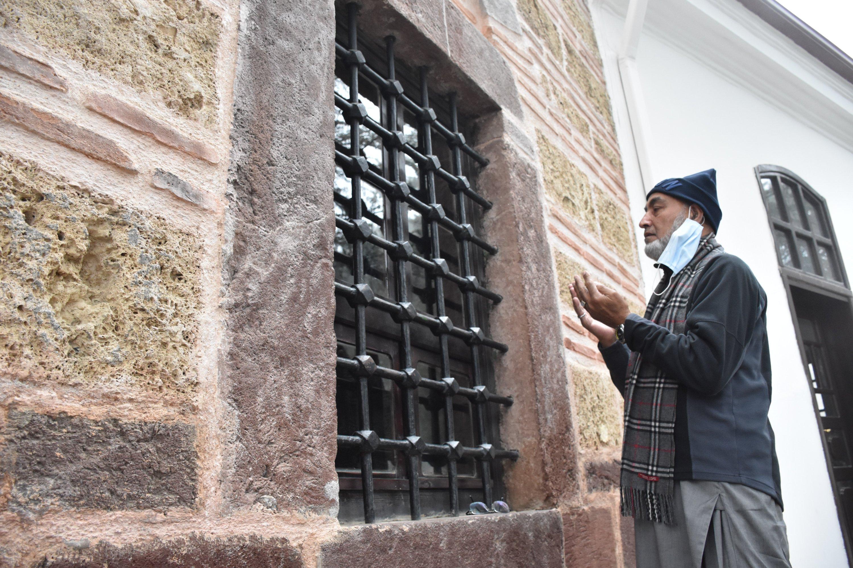 Rab Nawaz Khan prays at the Ertuğrul Ghazi Tomb in Söğüt, Bilecik, Turkey, April 27, 2021. (AA Photo)