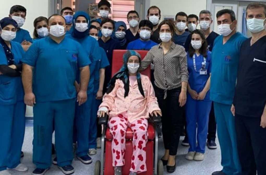 Fatma Yıldız (C), pose with hospital staff, at Gaziantep University Hospital, in Gaziantep, southern Turkey, Apr. 27, 2021. (AA PHOTO)