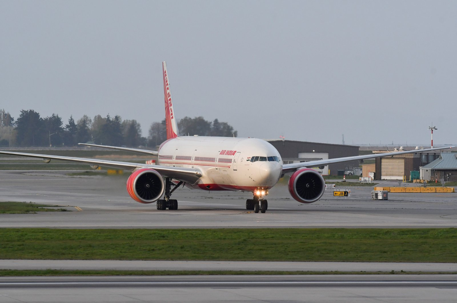 Air India flight 185 arrives from New Delhi, narrowly beating the cut-off after Canada's government temporarily barred passenger flights from India and Pakistan for 30 days, at Vancouver International Airport in Richmond, British Columbia, Canada, April 23, 2021. (Reuters Photo)