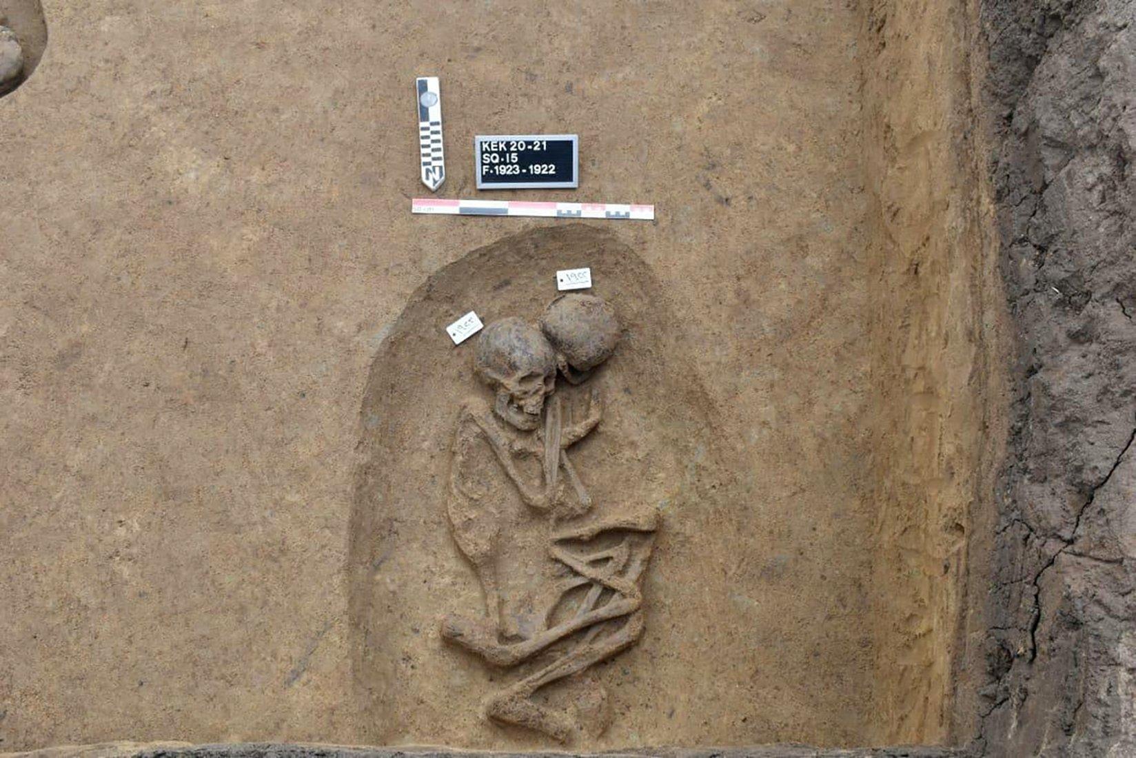 تم اكتشاف مقبرة قديمة مؤخرًا مع بقايا بشرية في موقع كوم الخلجان الأثري ، الدقهلية ، دلتا النيل ، شمال شرق القاهرة ، مصر ، 21 أبريل 2021 (وزارة السياحة المصرية) عبر)