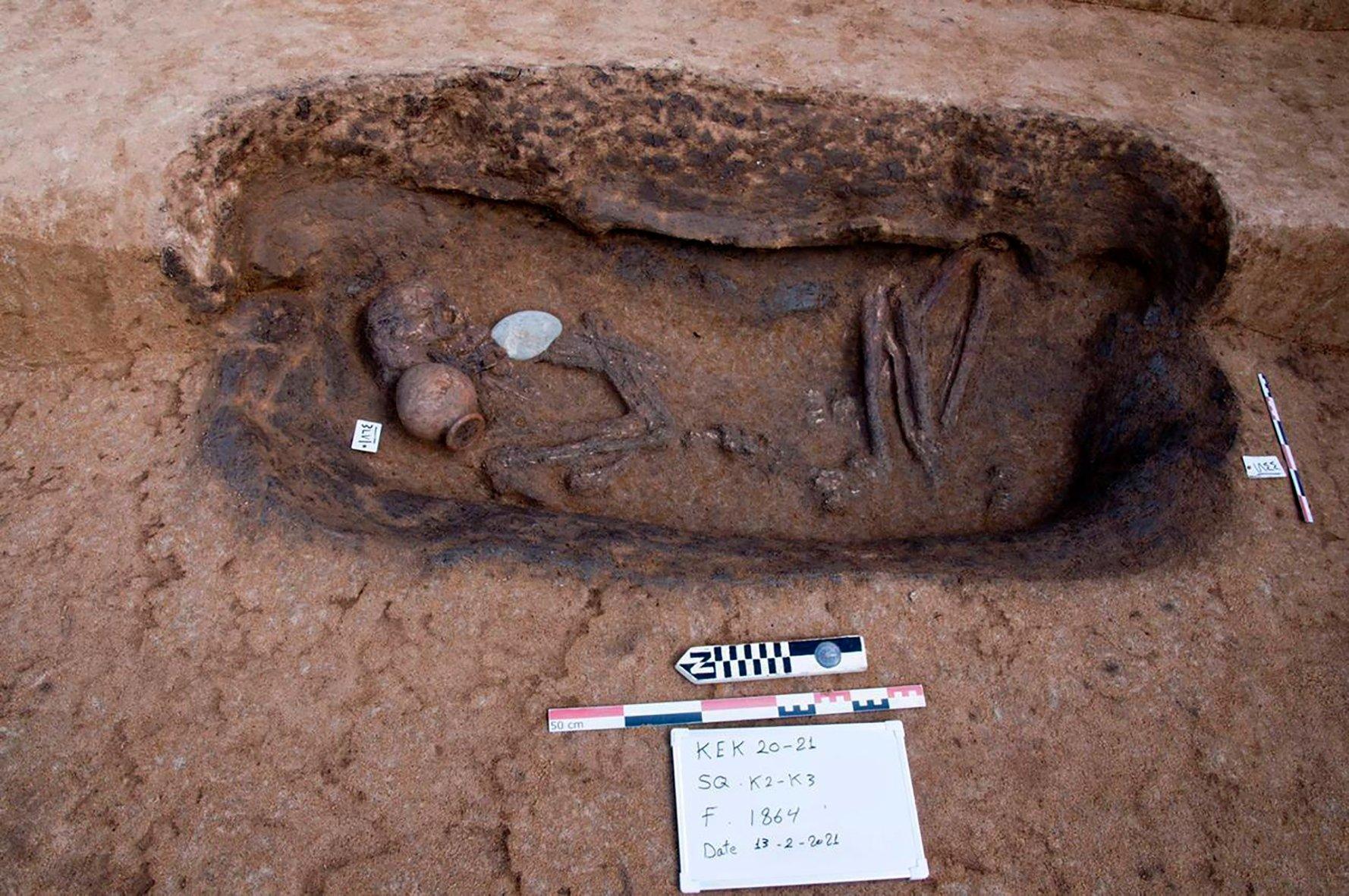 في 27 أبريل 2021 ، تم اكتشاف مقبرة فخارية قديمة مع بقايا بشرية في موقع كوم الخلجان الأثري في موقع كامل خولجان الأثري ، شمال شرق مدينة القاهرة المصرية.