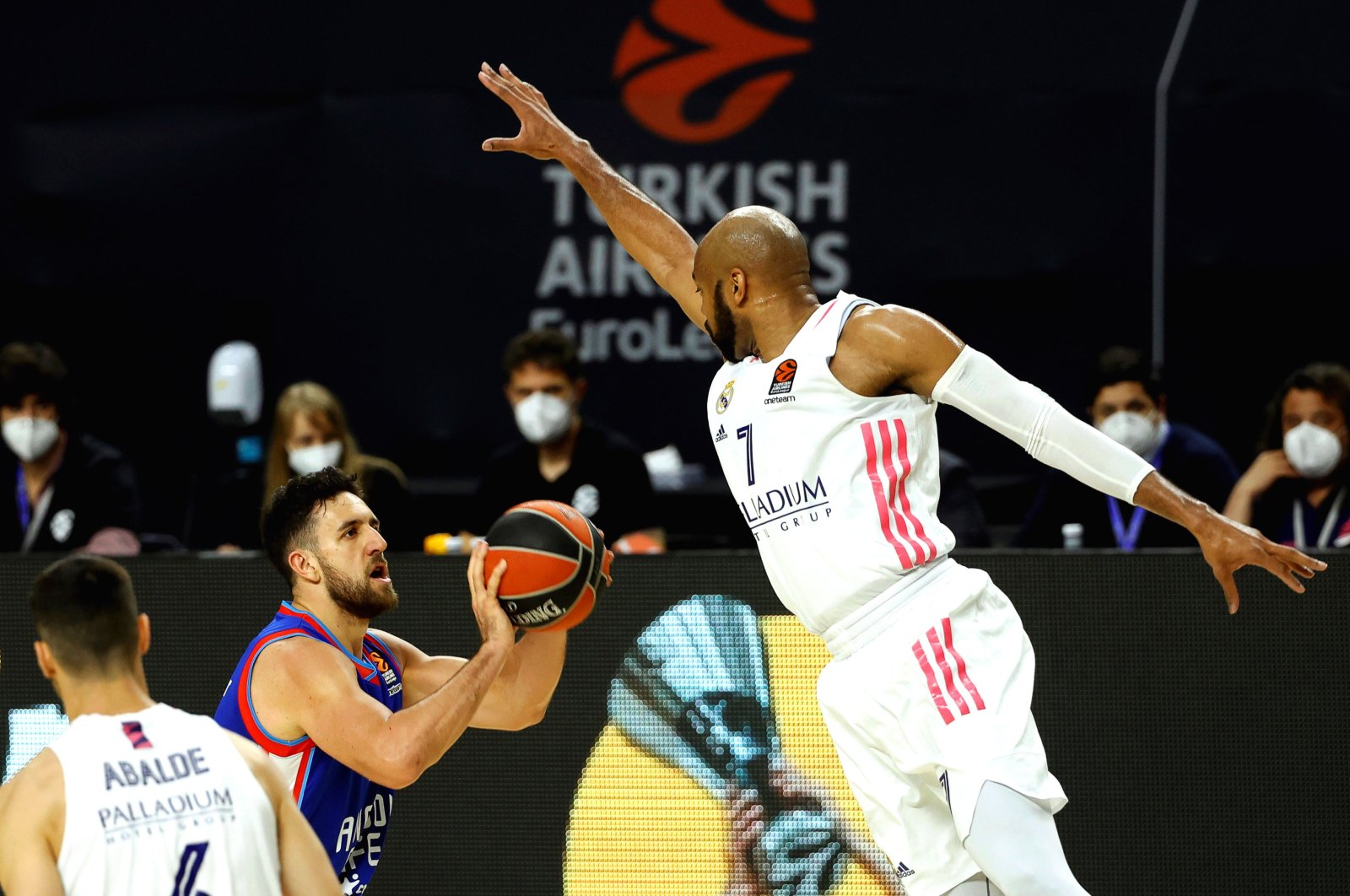 Real Madrid's Alex Tyus (R) in action against Anadolu Efes' Vasilije Micic (C) during a THY Euroleague Playoff match in Madrid, Spain, April 27, 2021. (EPA Photo)