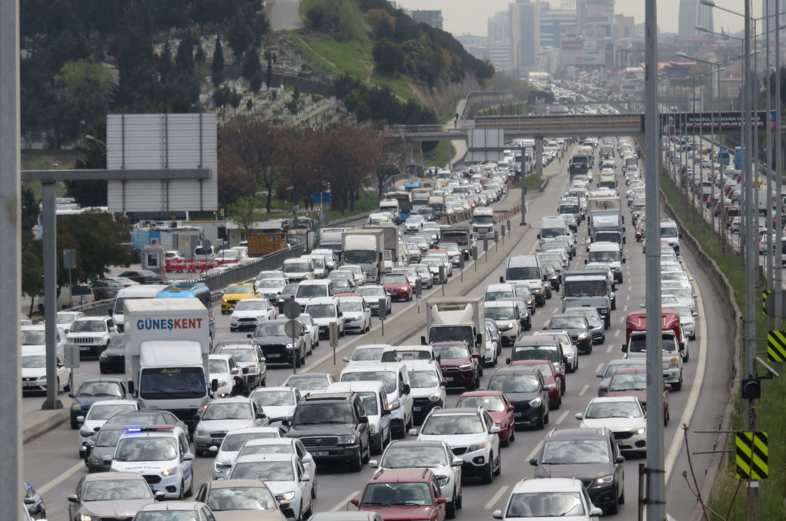 A view of the Kadıköy section of the D-100 highway one day before lockdown, in Istanbul, Turkey, April 28, 2021. (DHA PHOTO)