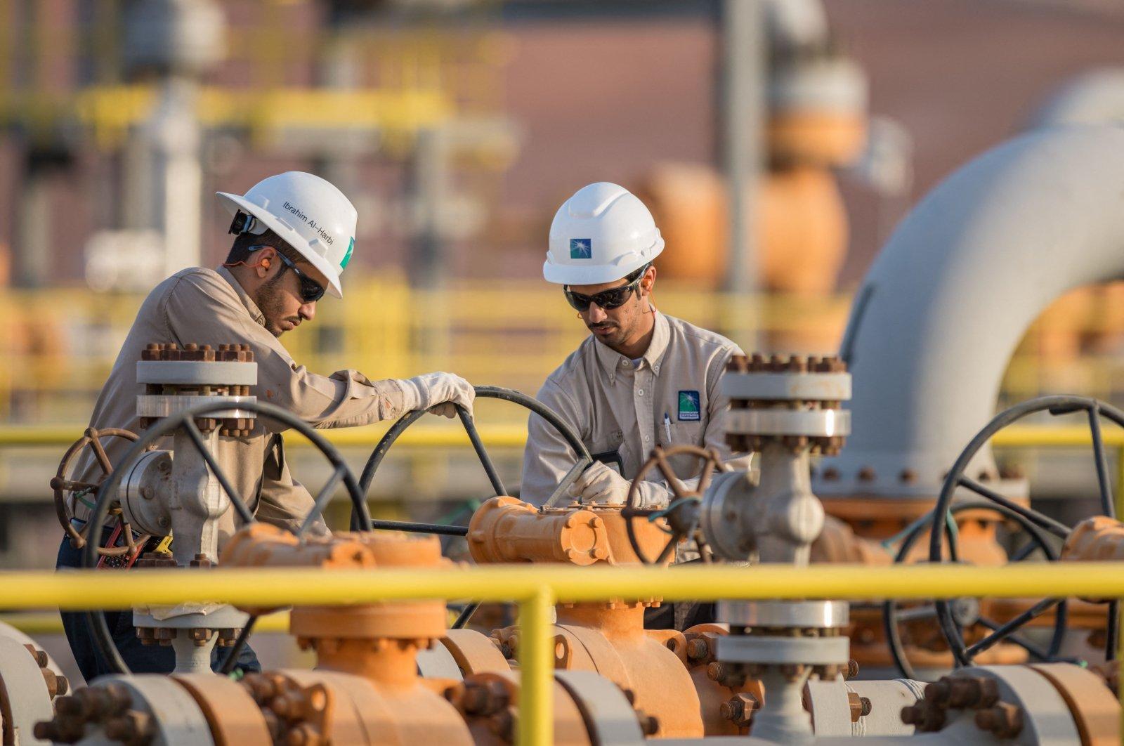 Engineers work at a Saudi Aramco facility, Saudi Arabia, Dec. 19, 2016. (Saudi Aramco via AFP)