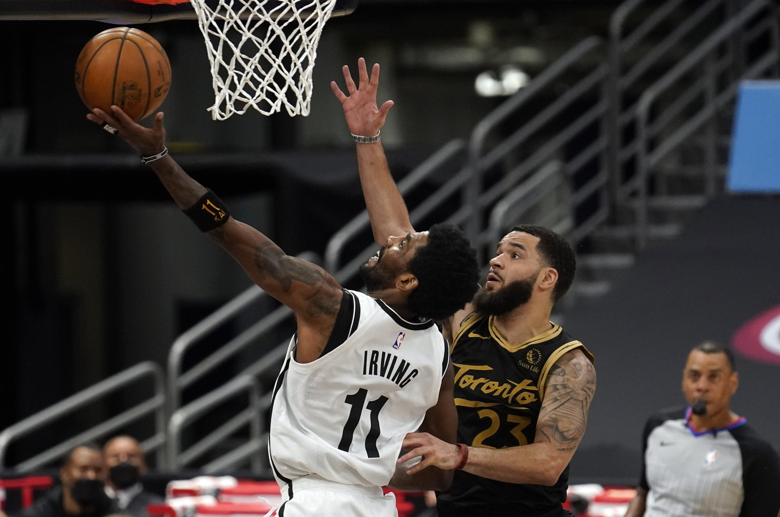 Brooklyn Nets guard Kyrie Irving (L) goes up for a shot in front of Toronto Raptors guard Fred VanVleet during an NBA game, April 27, 2021, in Tampa, Florida, U.S. (AP Photo)