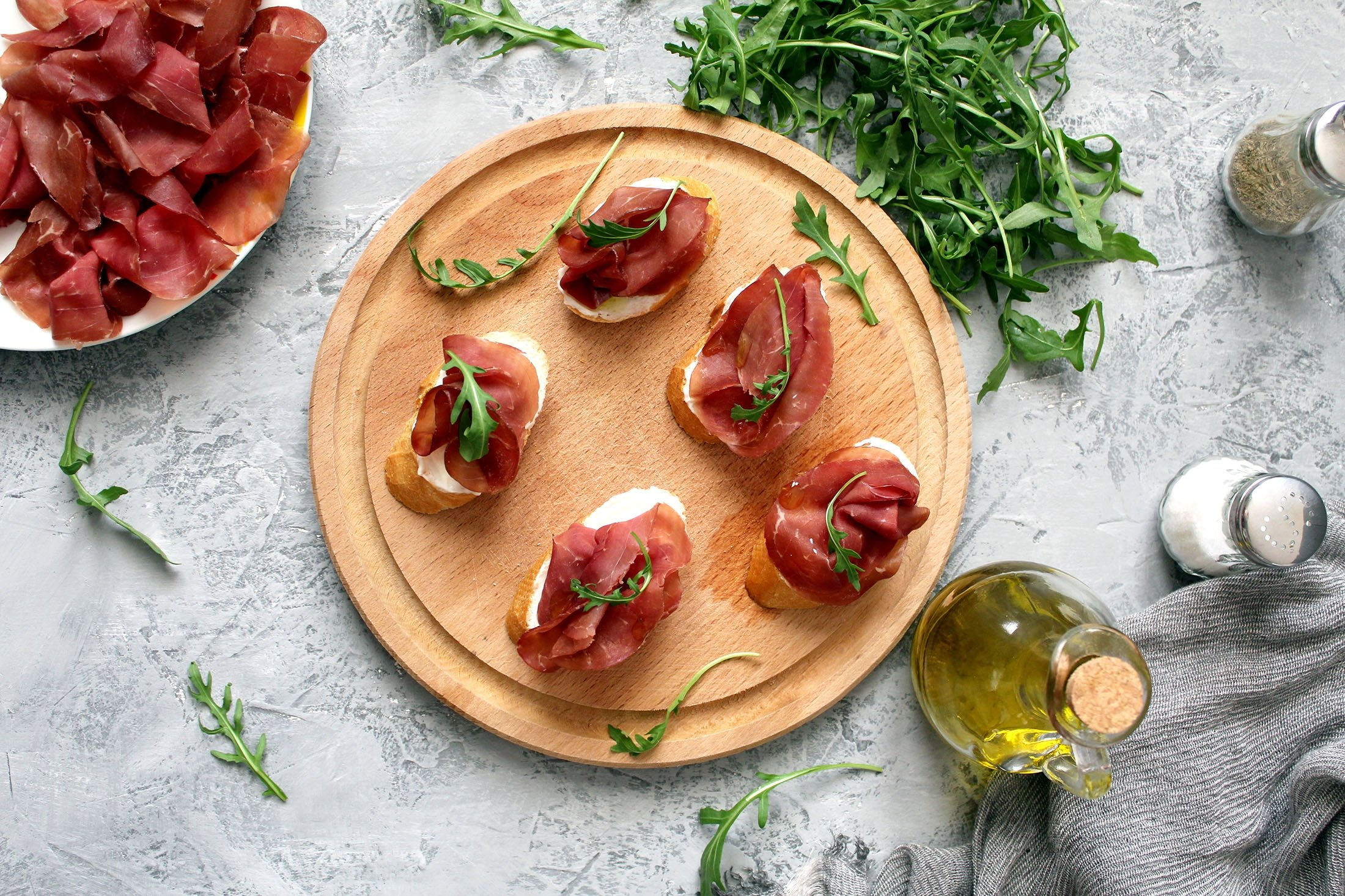 Many pizzerias also do starters such as canapes or crostinis with bresaola. (Shutterstock Photo)