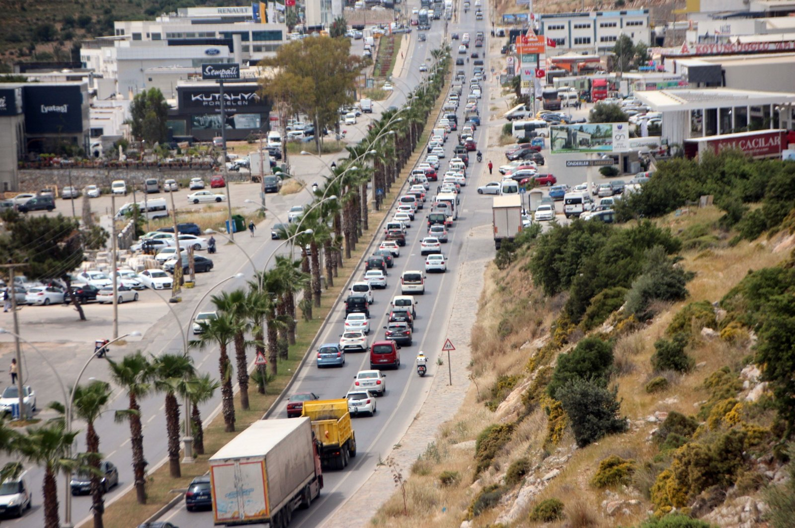 A long line of vehicles heading to Bodrum, in Muğla, southwestern Turkey, April 29, 2021. (İHA PHOTO)