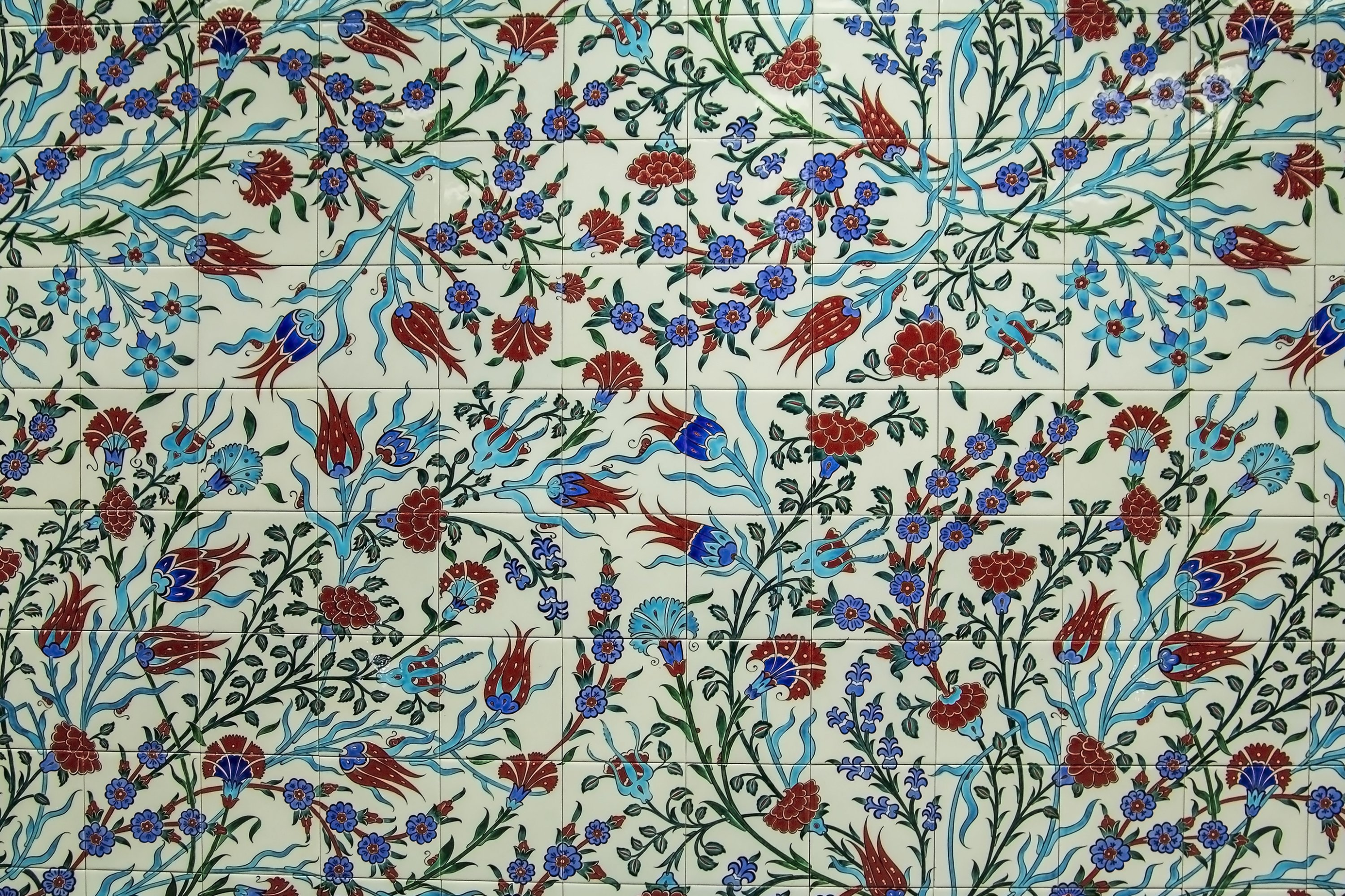 An Iznik tile decorated with rose, tulip and carnation motifs. (Shutterstock Photo)