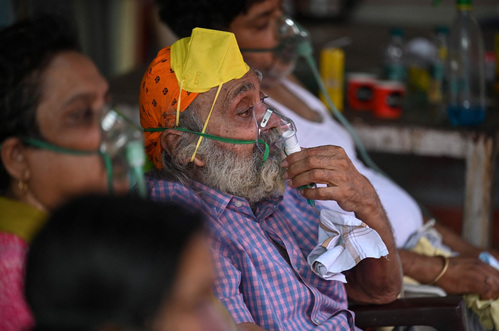 COVID-19 patients breathe with the help of oxygen provided by a Gurdwara, a place of worship for Sikhs, under a tent installed along the roadside amid the coronavirus pandemic in Ghaziabad, India, May 2, 2021. (AFP Photo)