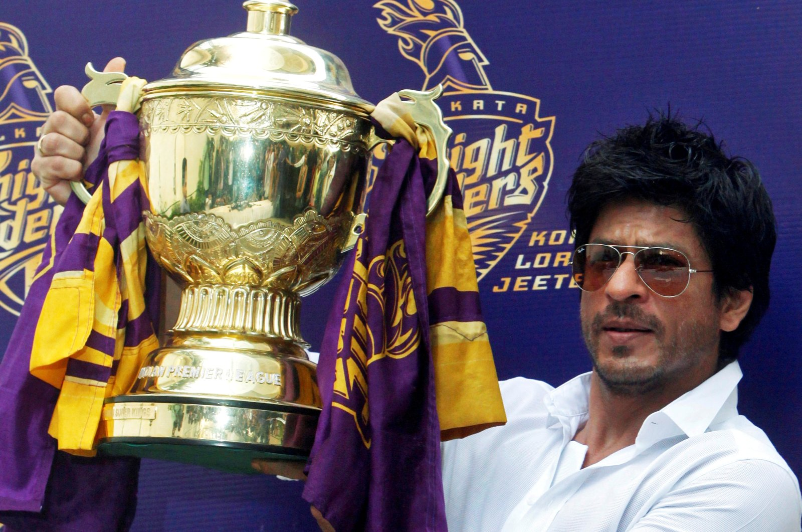 Bollywood actor Shah Rukh Khan displays the Indian Premier League (IPL) cricket trophy during a news conference at his residence in Mumbai, India, May 30, 2012. (Reuters)