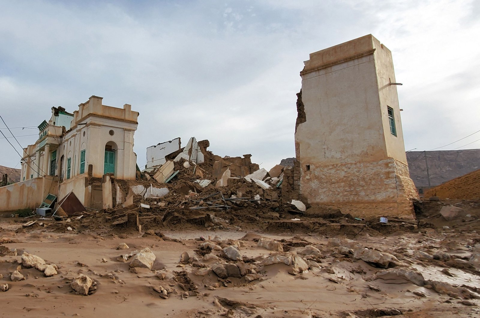 A collapsed building seen after flash floods in Tarim, Hadramawt province, central Yemen, May 3, 2021. (AFP Photo)