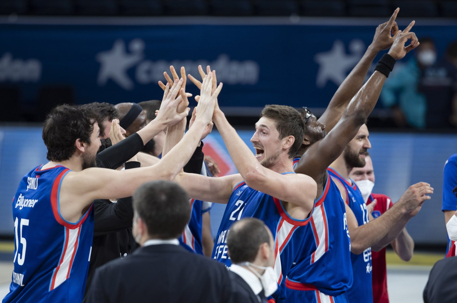 Anadolu Efes players celebrate after winning the Euroleague basketball playoff match between Anadolu Efes and Real Madrid in Istanbul, Turkey, May 4, 2021. (EPA Photo)