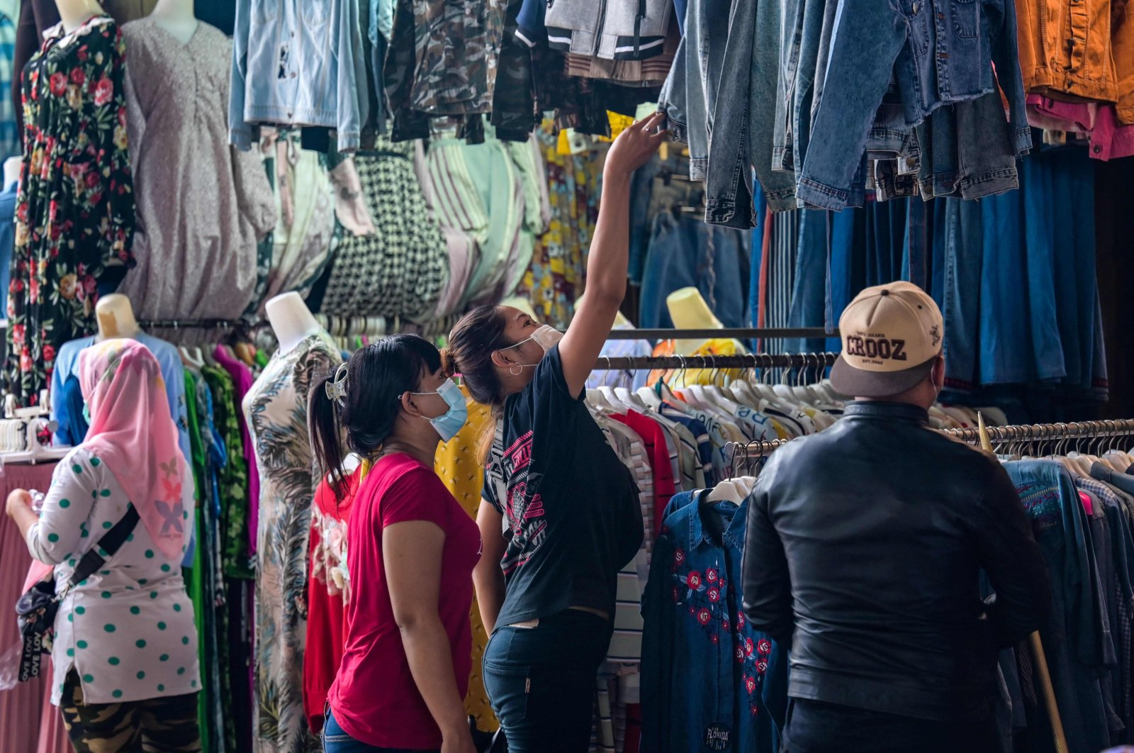 People shopping for clothing at street stalls in Jakarta, Indonesia, May 4, 2021. (AFP Photo)