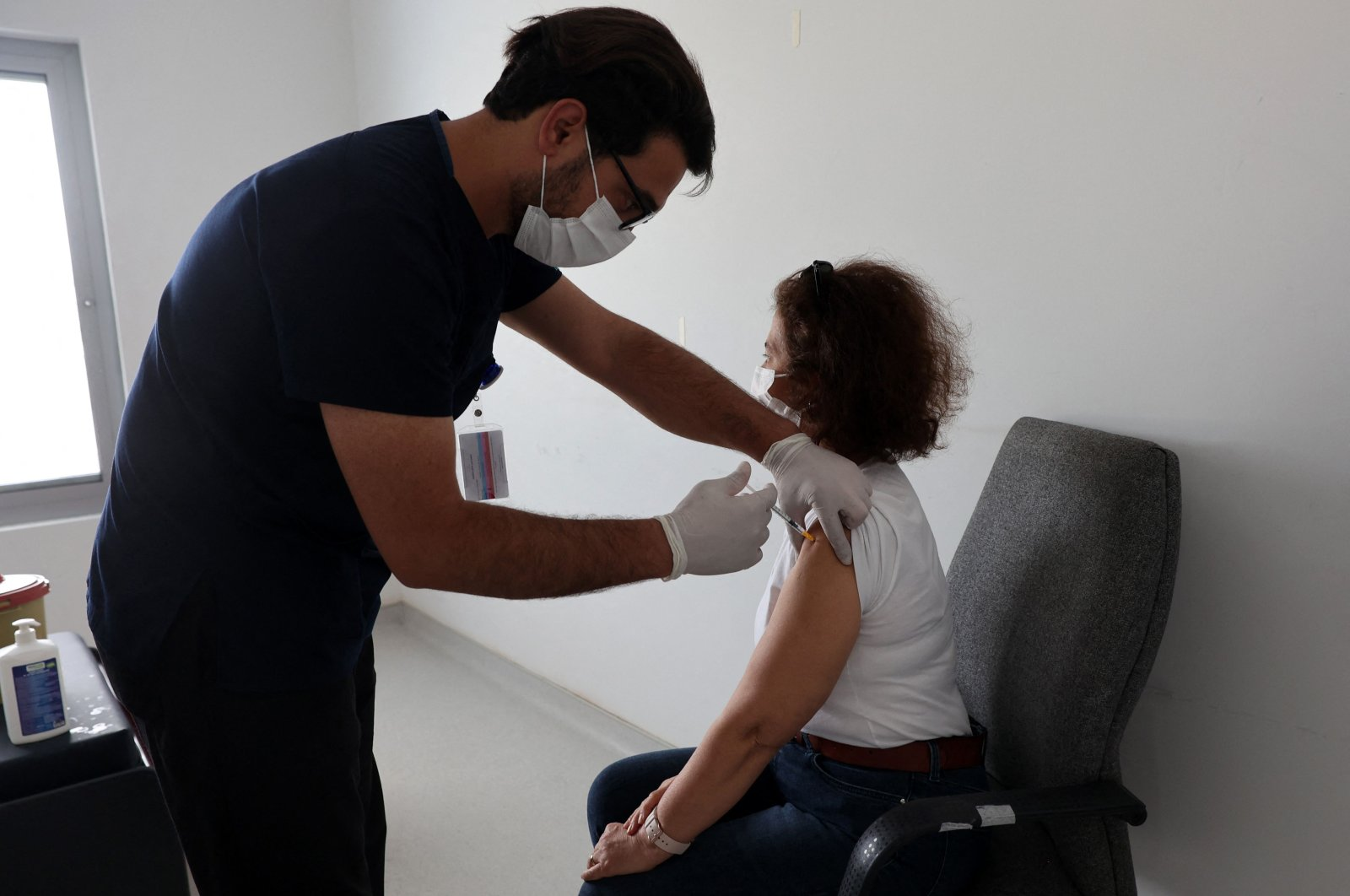 A woman receives a dose of the Pfizer-BionNTech COVID-19 vaccine at a hospital in the capital Ankara, Turkey, May 3, 2021. (AFP PHOTO)