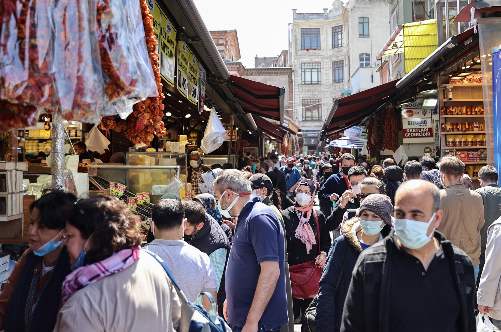 People shop at a crowded marketplace in Eminönü quarter, in Istanbul, Turkey, April 29, 2021. (AA PHOTO)